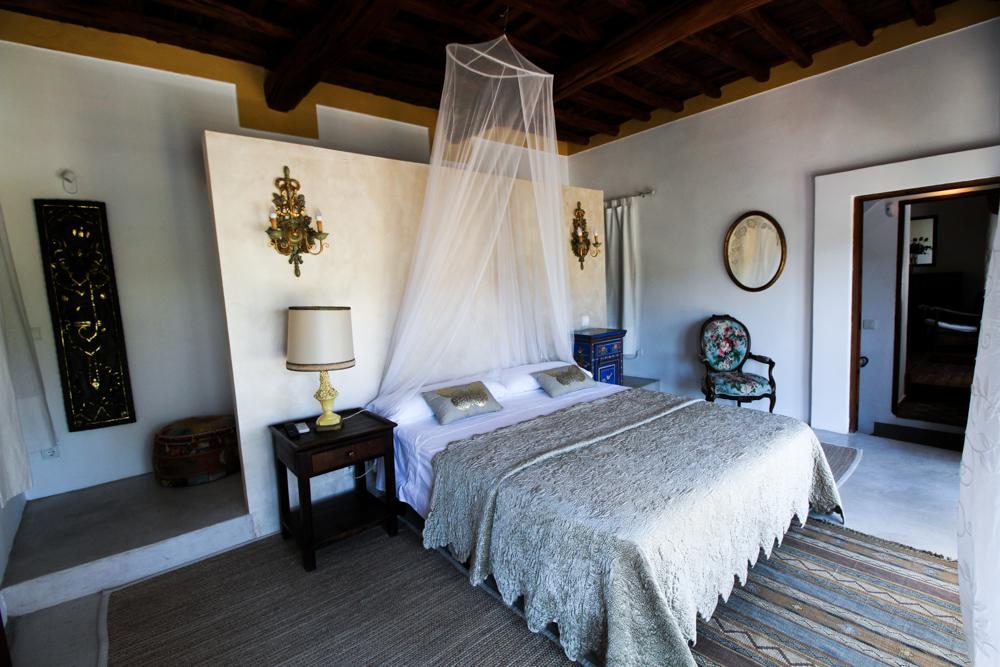 Ibiza Villa Typico San Miguel Traumvilla OneVillasIbiza Schlafzimmer Doppelbett Travelblog