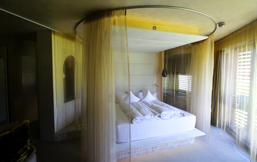 Kuschelhotel Gams Bezau Österreich Kuschelsuite Schlafzimmer Bett Romantikhotel Wellnesshotel Reiseblogger