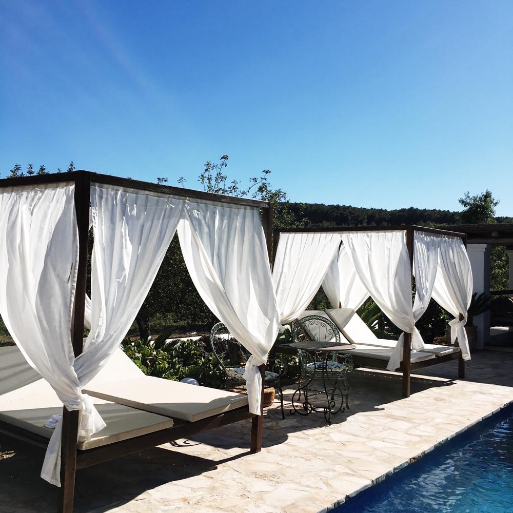Monatsrückblick-April-Reiseblogger-Ibiza-Blogger-Reise-Ibiza-Villa-Pool-Poolliegen