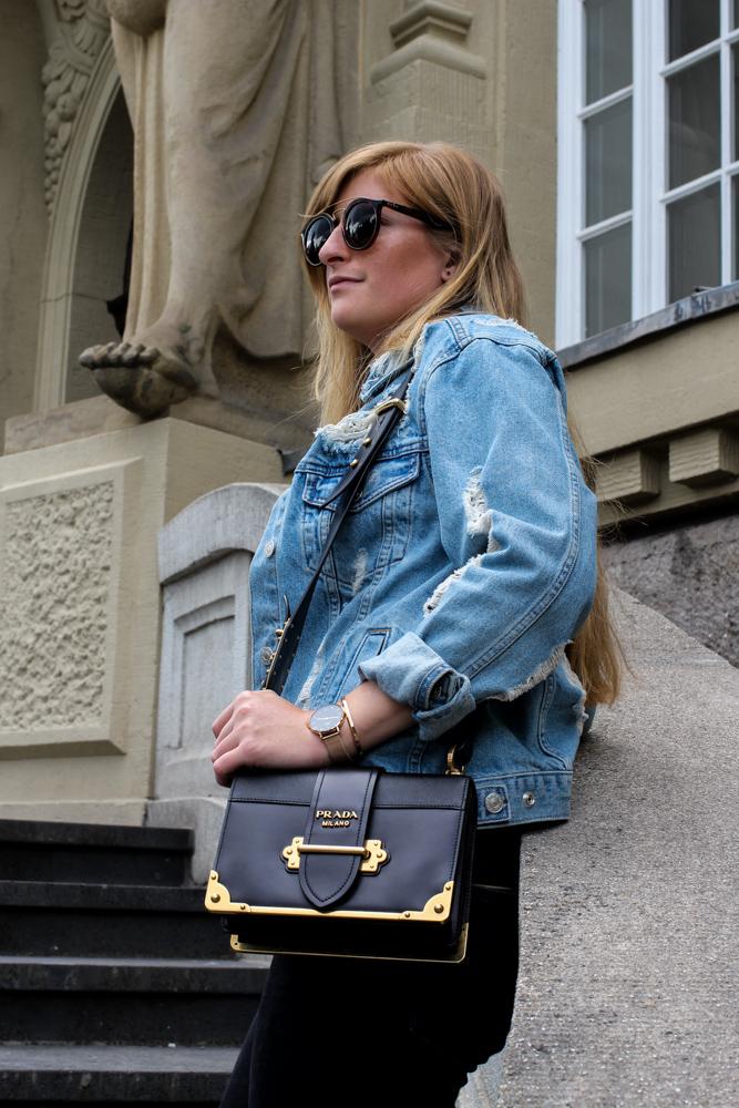 Zalando Spring Outfit Prada Cahier Bag Zerrissene Jeansjacke Oversized Streetstyle Look Fashion Blogger Köln
