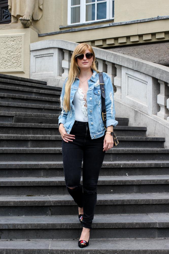 Zalando Spring Outfit Weißer V-Ausschnitt Body Zerrissene Jeansjacke Oversized Streetstyle Look Blogger Köln 1