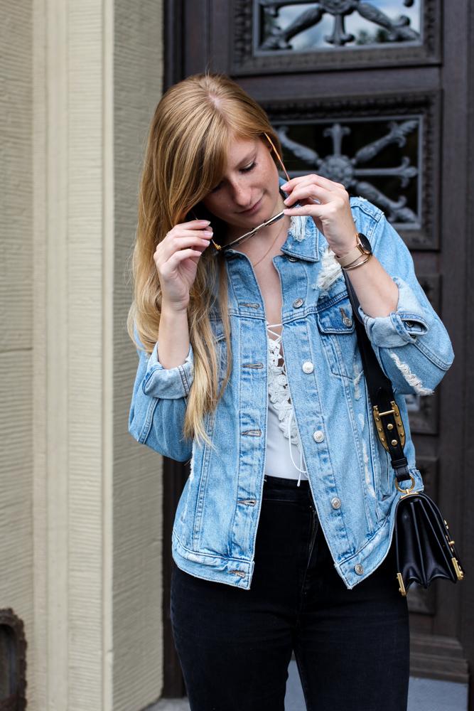 Zalando Spring Outfit Weißer V-Ausschnitt Body Zerrissene Jeansjacke Oversized Streetstyle Look Blogger Köln 4