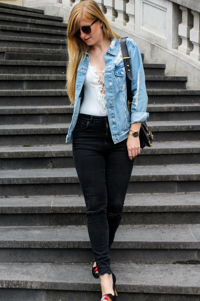 Zalando Spring Outfit Weißer V-Ausschnitt Body Zerrissene Jeansjacke Oversized Streetstyle Look Fashion Blogger Köln 9