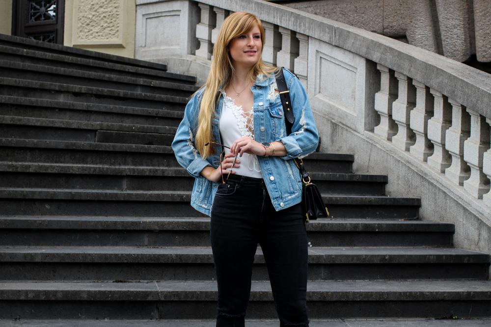 Zalando Spring Outfit Weißer V-Ausschnitt Body Zerrissene Jeansjacke Oversized Streetstyle Look Fashion Blogger Deutschland 94
