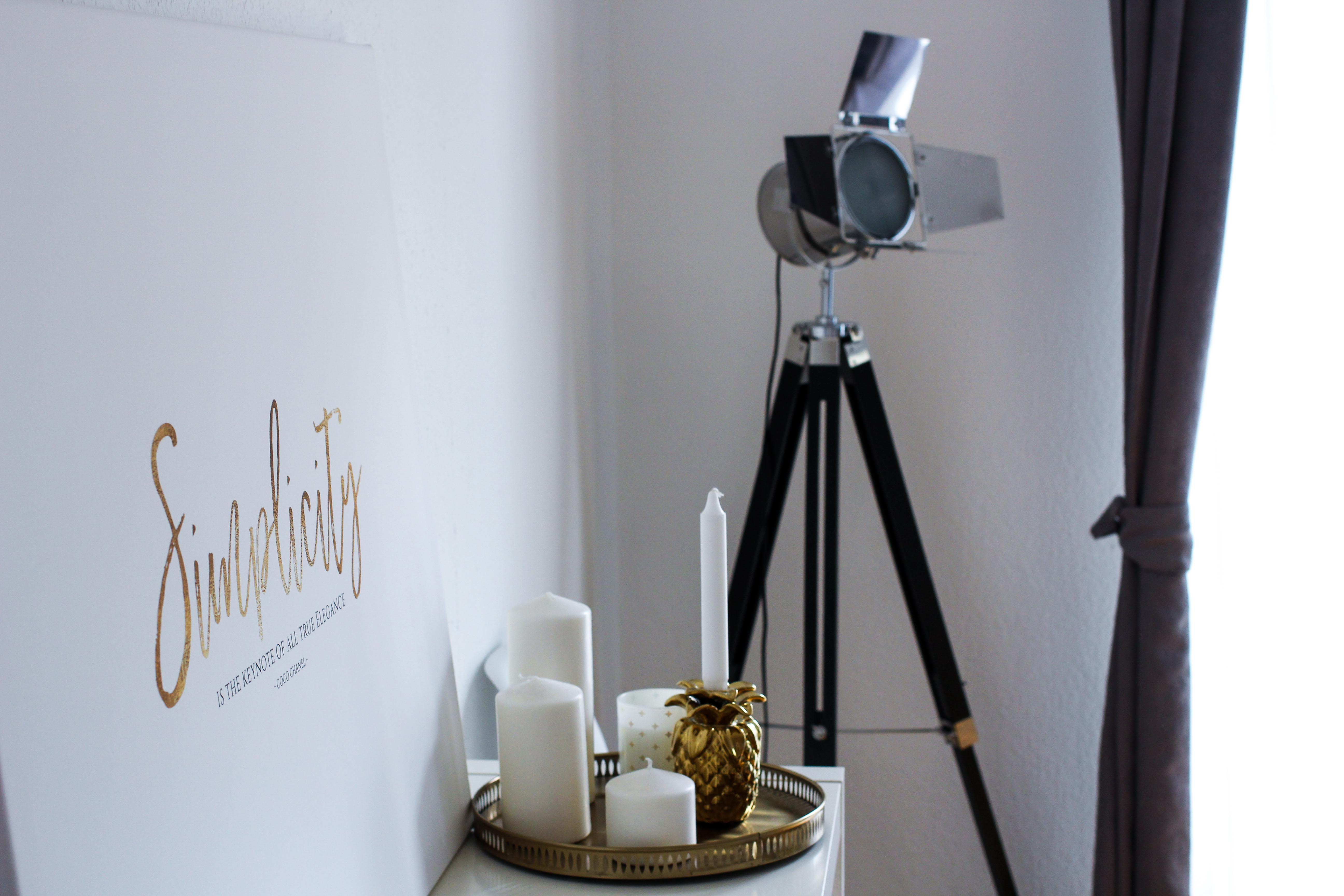 Interior Tipp Wohnung Poster Leinwand Simplicity is the keynote of all true elegance Coco Chanel Posterlounge Filmlampe