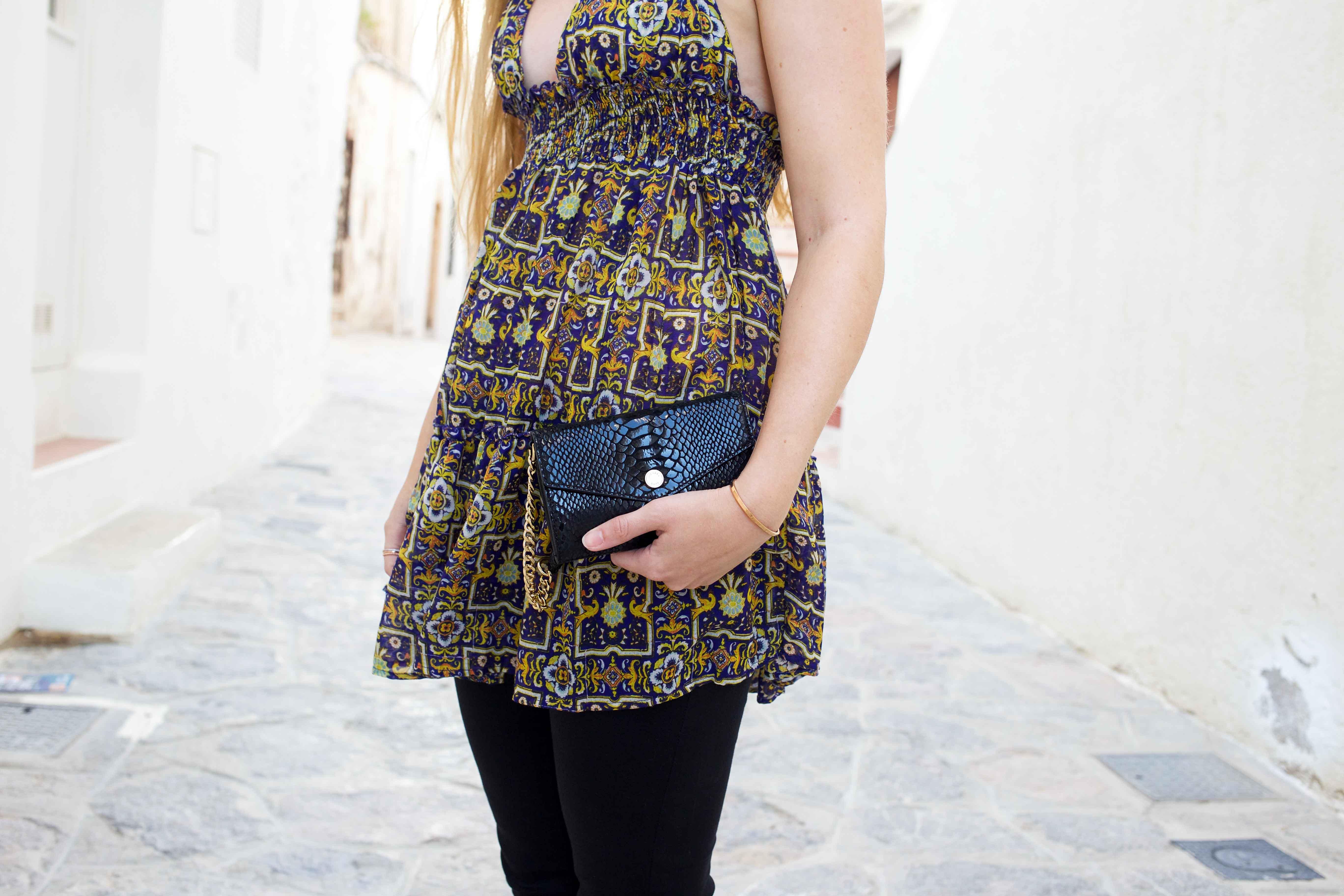 Luftiges buntes Oberteil Frühlingsoutfit Ibiza Modeblogger Deutschland Michael Kors Umhängetasche schwarz 3