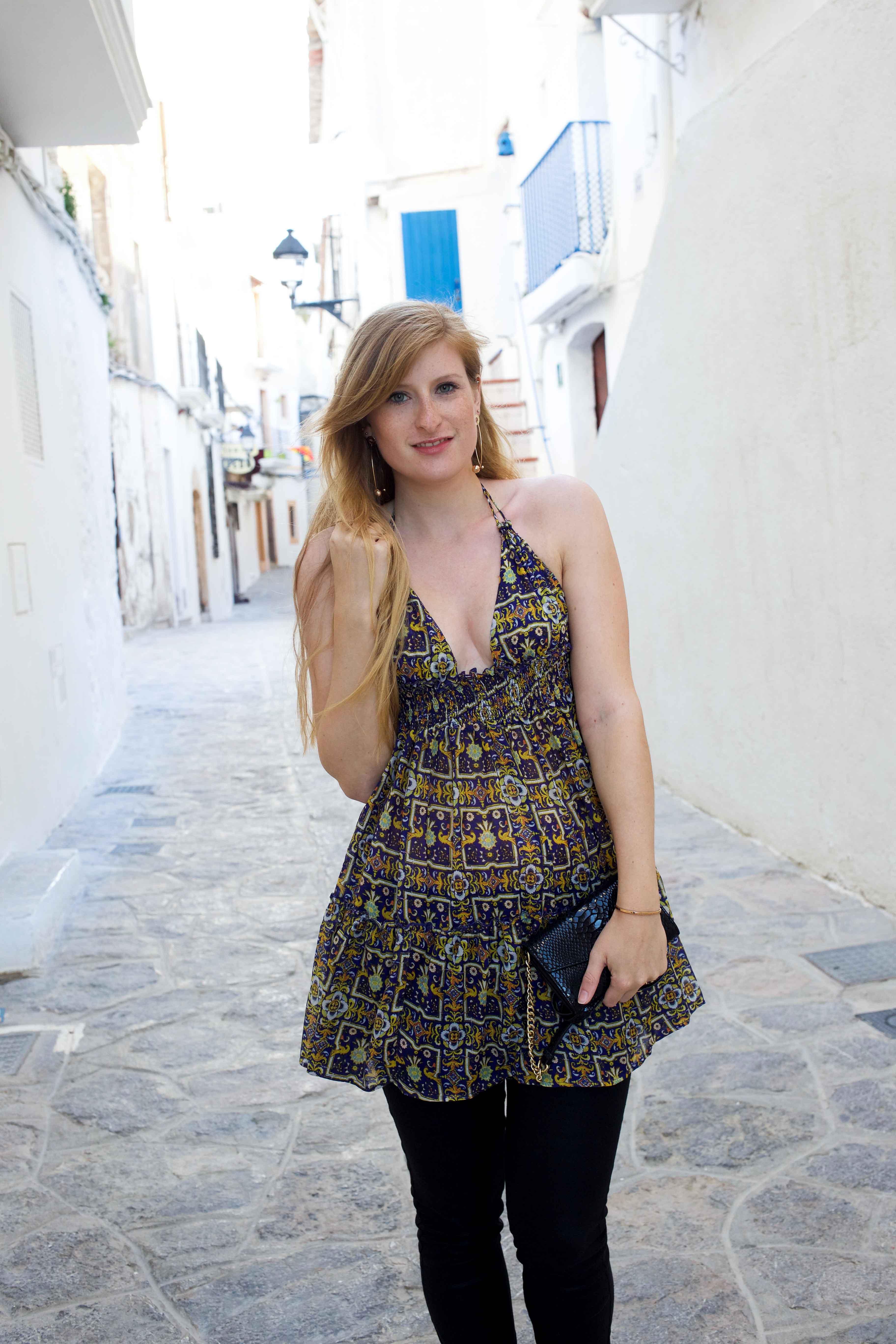 Luftiges buntes Oberteil schwarze Skinny Jeans Frühlingsoutfit Ibiza Modeblogger Deutschland 2