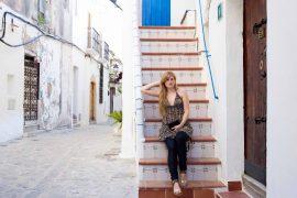 Luftiges buntes Oberteil schwarze Skinny Jeans Frühlingsoutfit Ibiza Modeblogger Deutschland