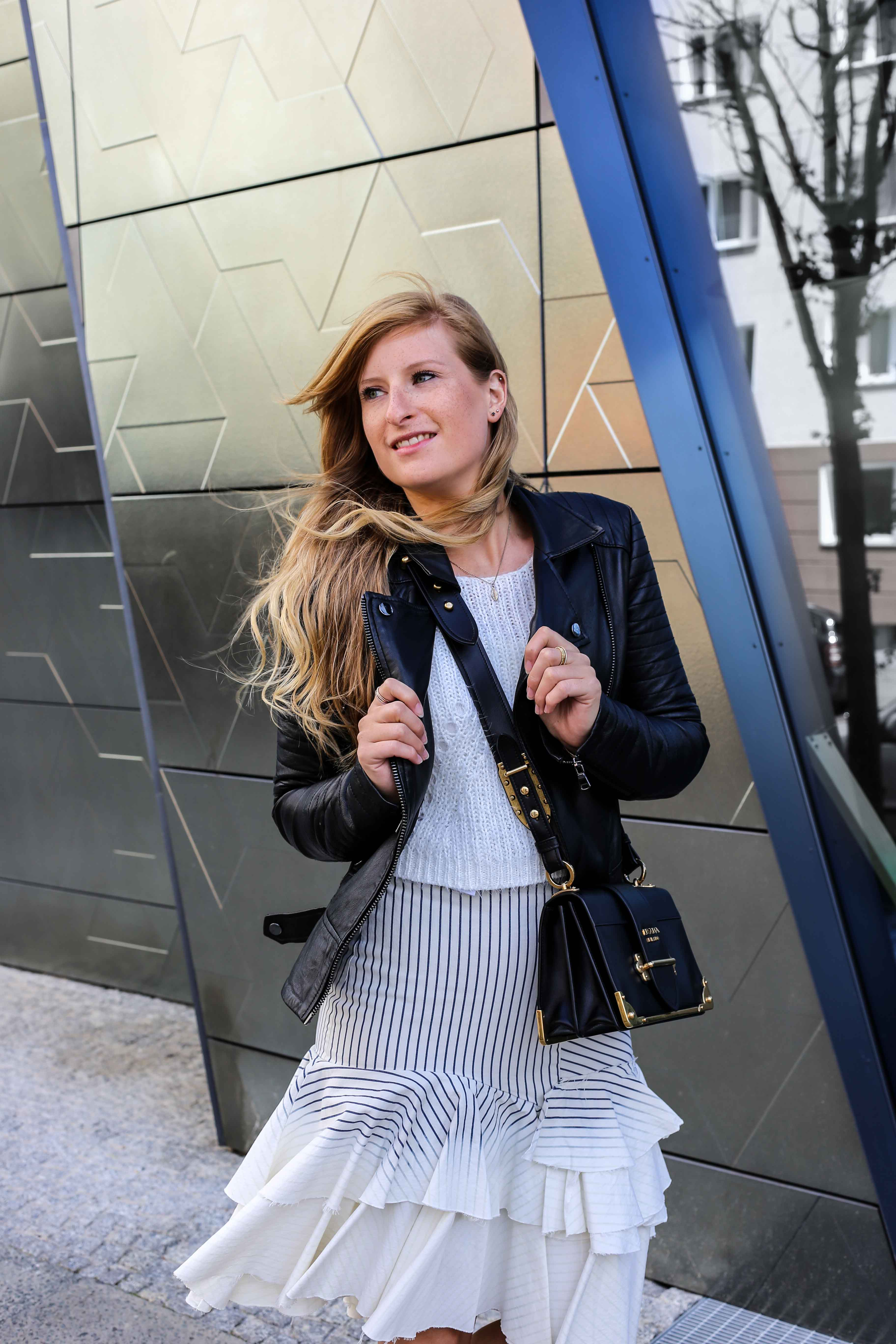Fashion Week Outfit Berlin Asymmetrischer Jeansrock Streifen Zara Crop Top Mules Lederjacke Streetstyle Modeblog 3