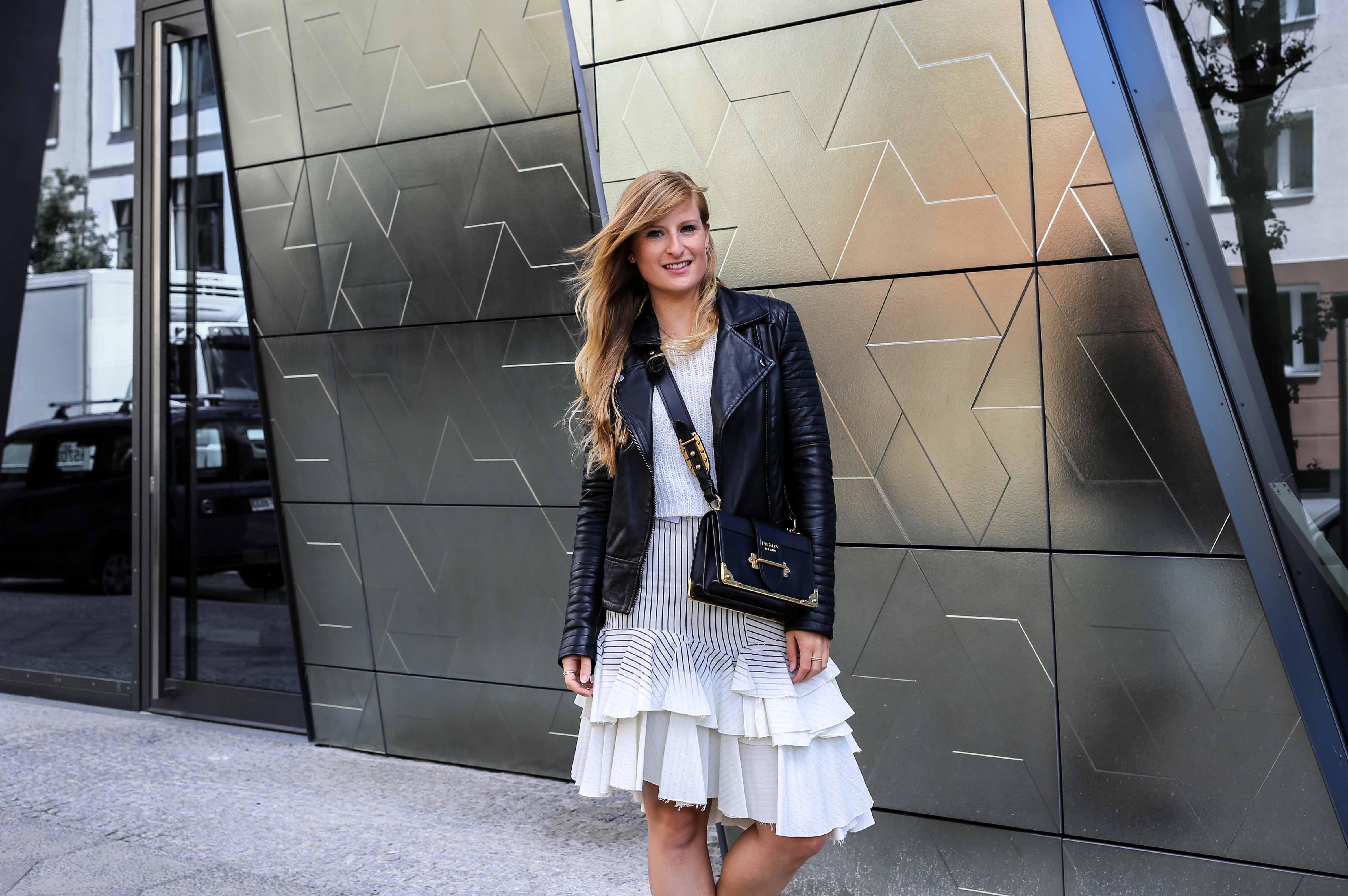 Fashion Week Outfit Berlin Asymmetrischer Jeansrock Streifen Zara Crop Top Mules Lederjacke Streetstyle Modeblog 5