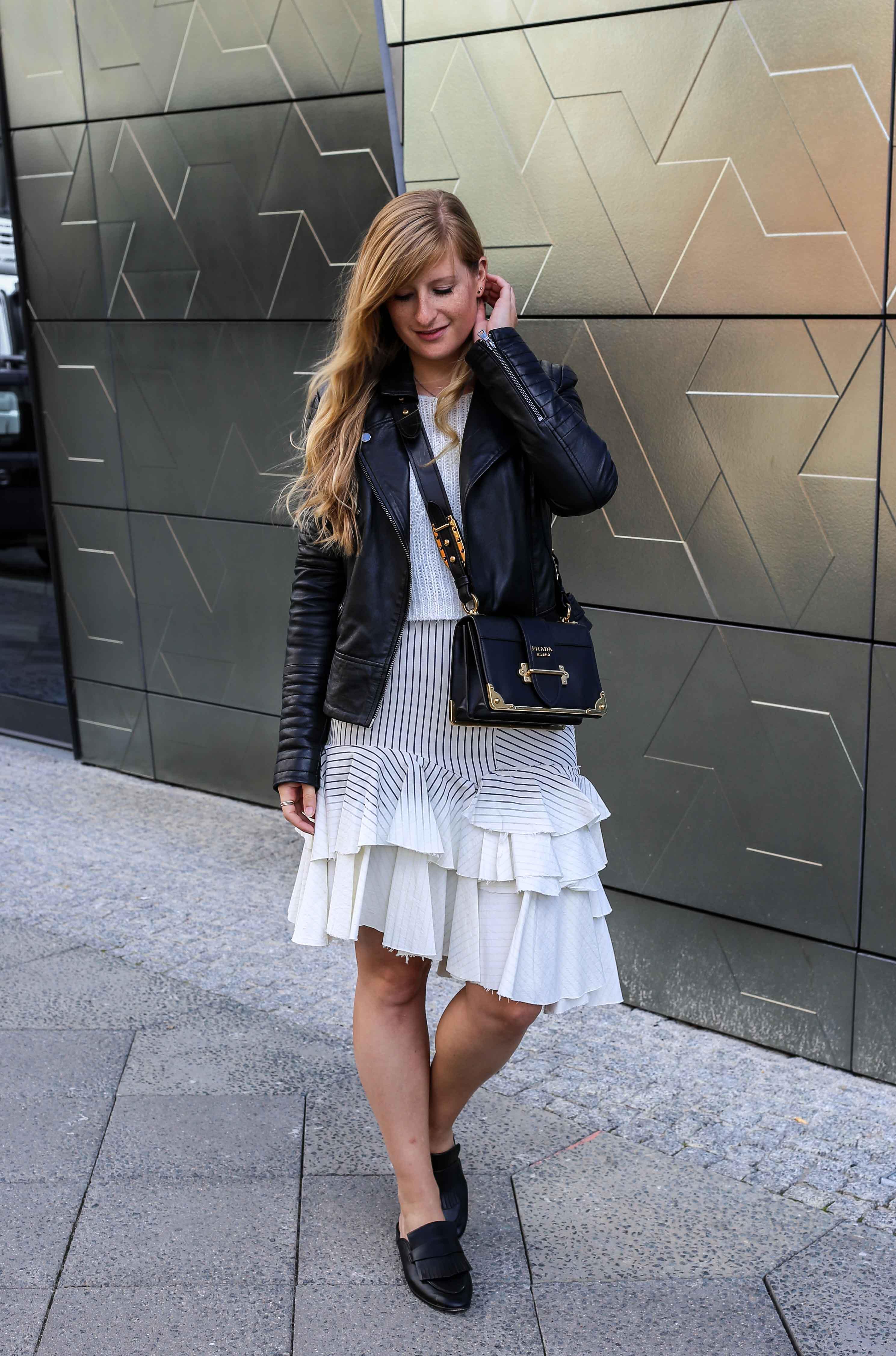 Fashion Week Outfit Berlin Asymmetrischer Jeansrock Streifen Zara Crop Top Mules Lederjacke Streetstyle Modeblog 6