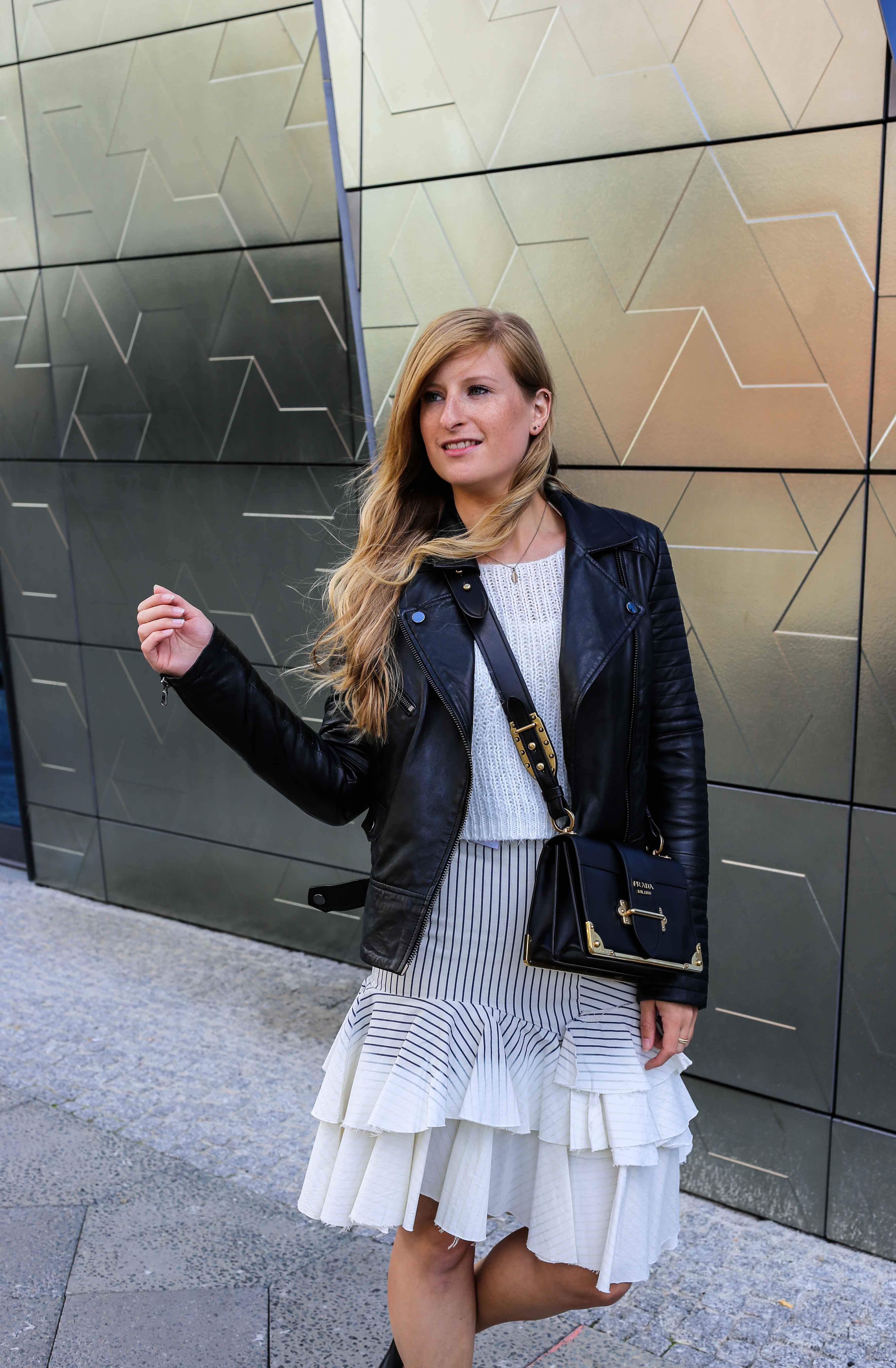 Fashion Week Outfit Berlin Asymmetrischer Jeansrock Streifen Zara Crop Top Mules Lederjacke Streetstyle Modeblog 8
