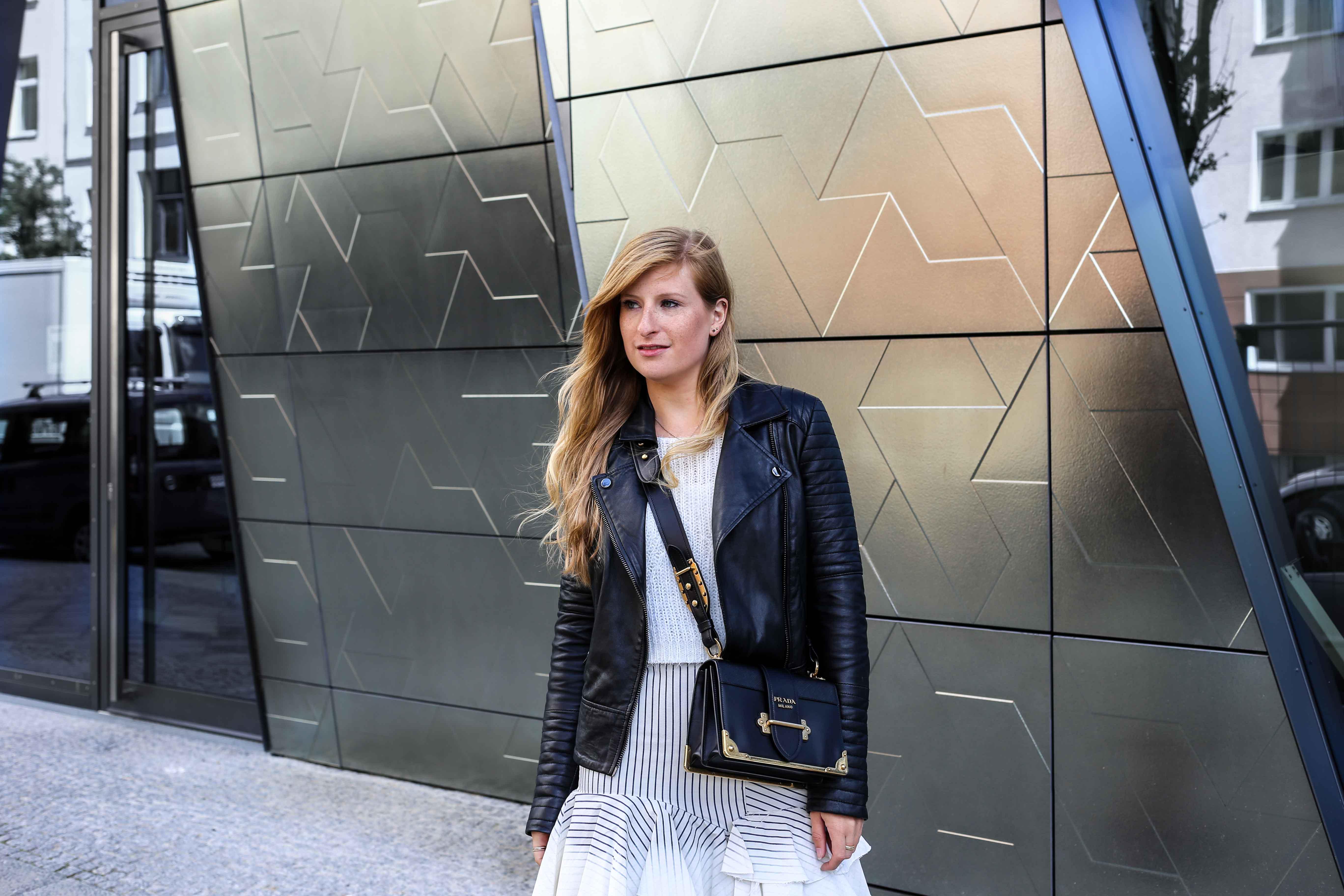 Fashion Week Outfit Berlin Asymmetrischer Jeansrock Streifen Zara Crop Top Mules Lederjacke Streetstyle Modeblog 9