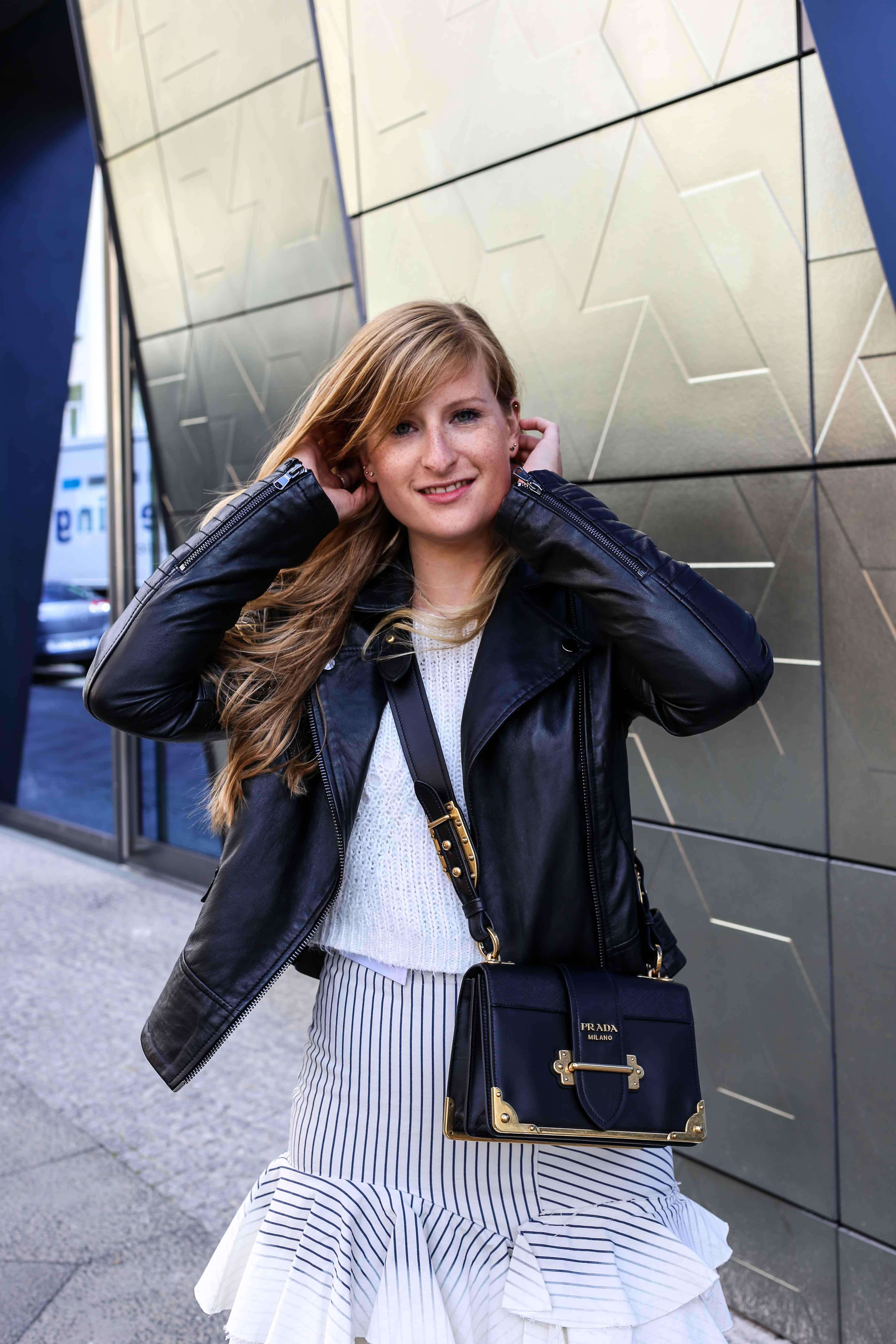 Fashion Week Outfit Berlin Asymmetrischer Jeansrock Streifen Zara Crop Top Mules Lederjacke Streetstyle Modeblog 92