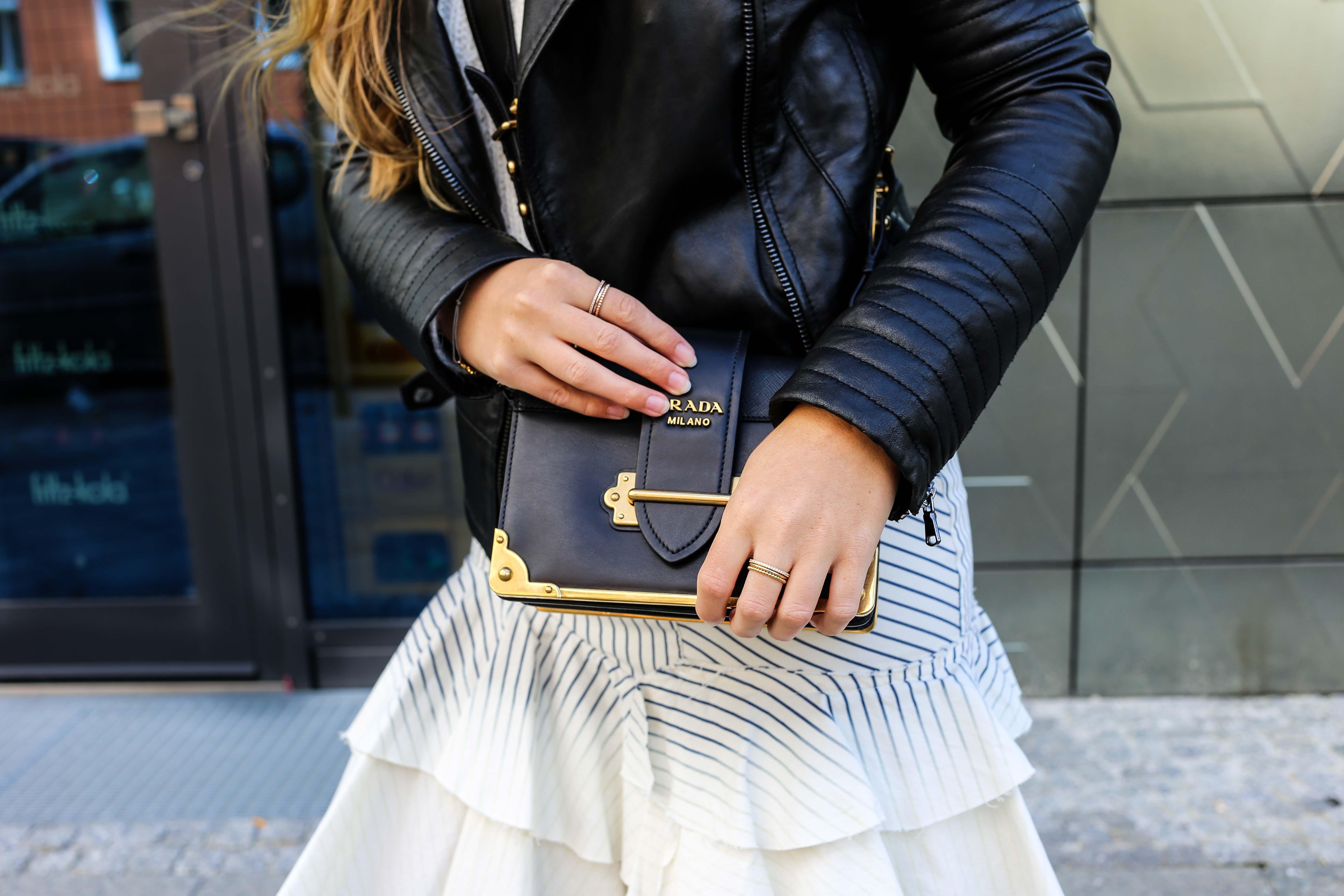 Fashion Week Outfit Berlin Prada Cahier Bag schwarz Thomas Sabo ringe gold Lederjacke Streetstyle Modeblog 7