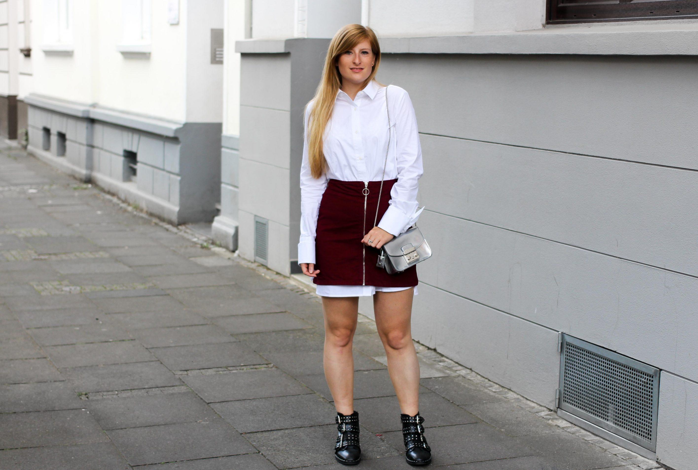 Frühlingstrend 2017 Lange Bluse unter Jeansrock schaut hervor Nieten-Boots Furla Metropolis Fashion Blogger Deutschland