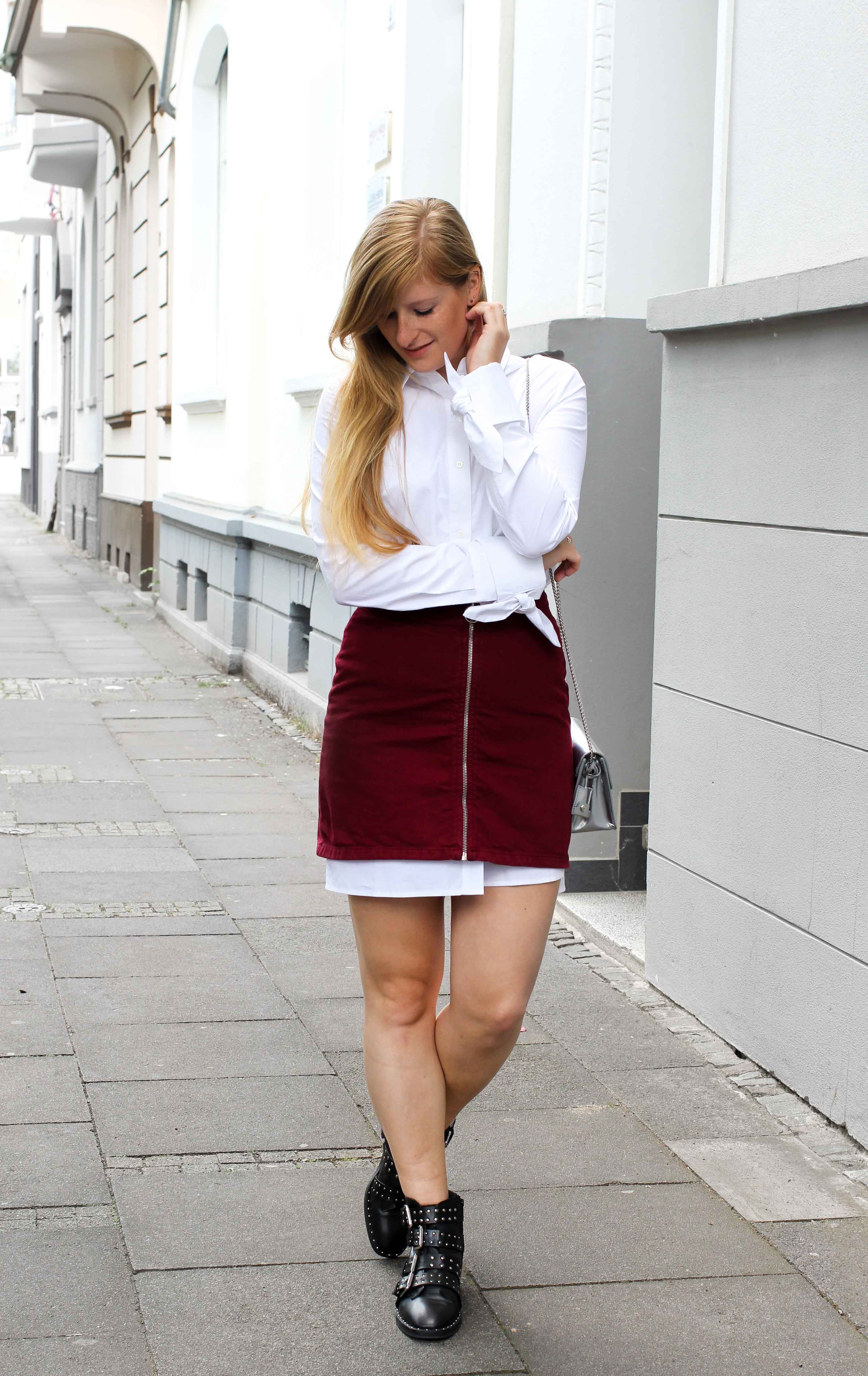 Frühlingstrend 2017 Lange Bluse unter Jeansrock schaut hervor Nieten-Boots Furla Metropolis Fashion Blogger Deutschland 8