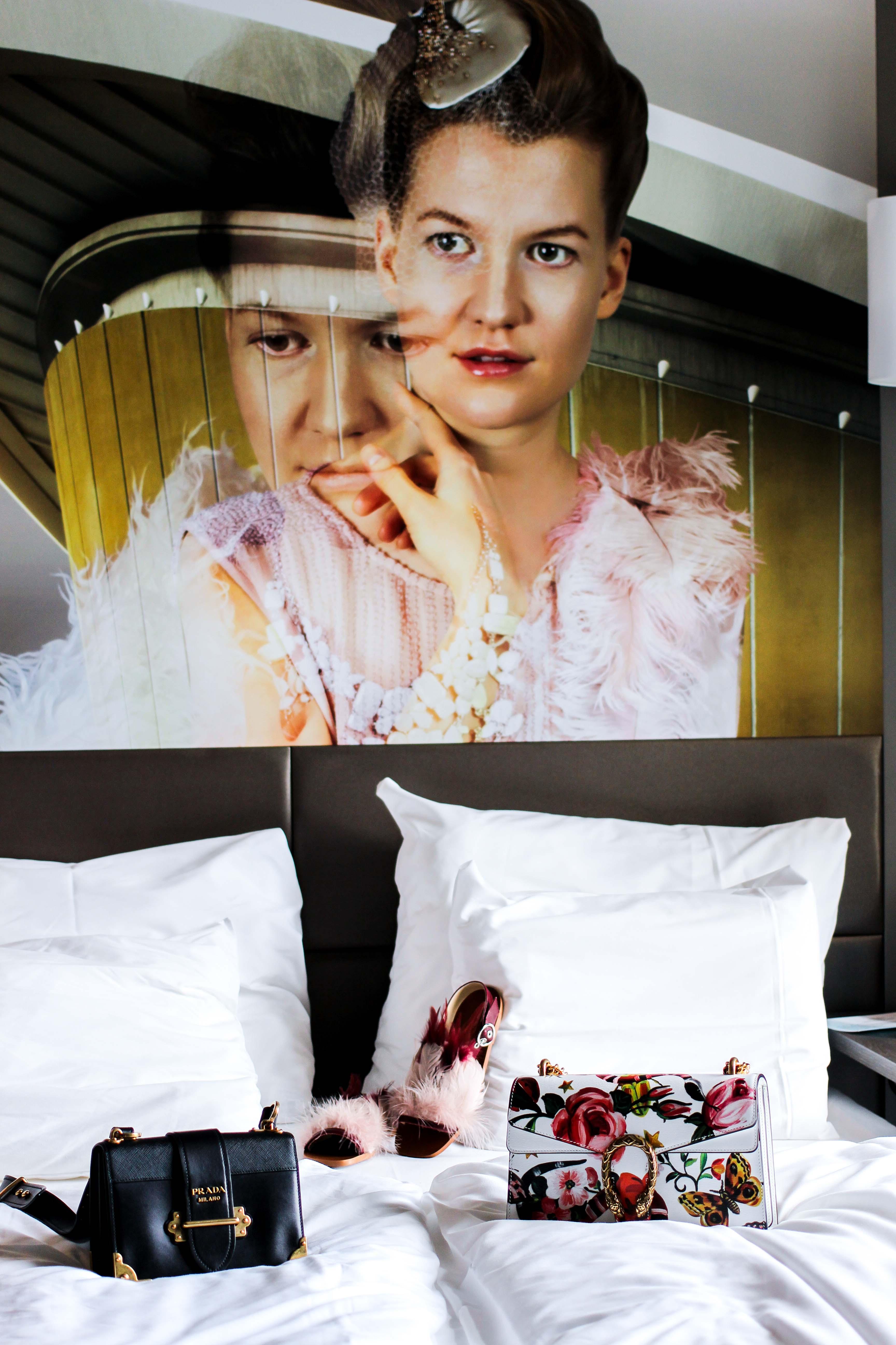Mein Hotel zur Fashion Week Mercure Hotel Berlin Wittenbergplatz Berlins Trend-Hotel Modeblogger Zimmer Bett Prada Gucci Taschen