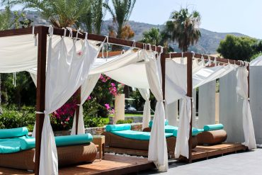 Out of the Blue Capsis Elite Resort Luxushotel Kreta Griechenland Reiseblog Pool Liege Sonnenschirm Paradies 2