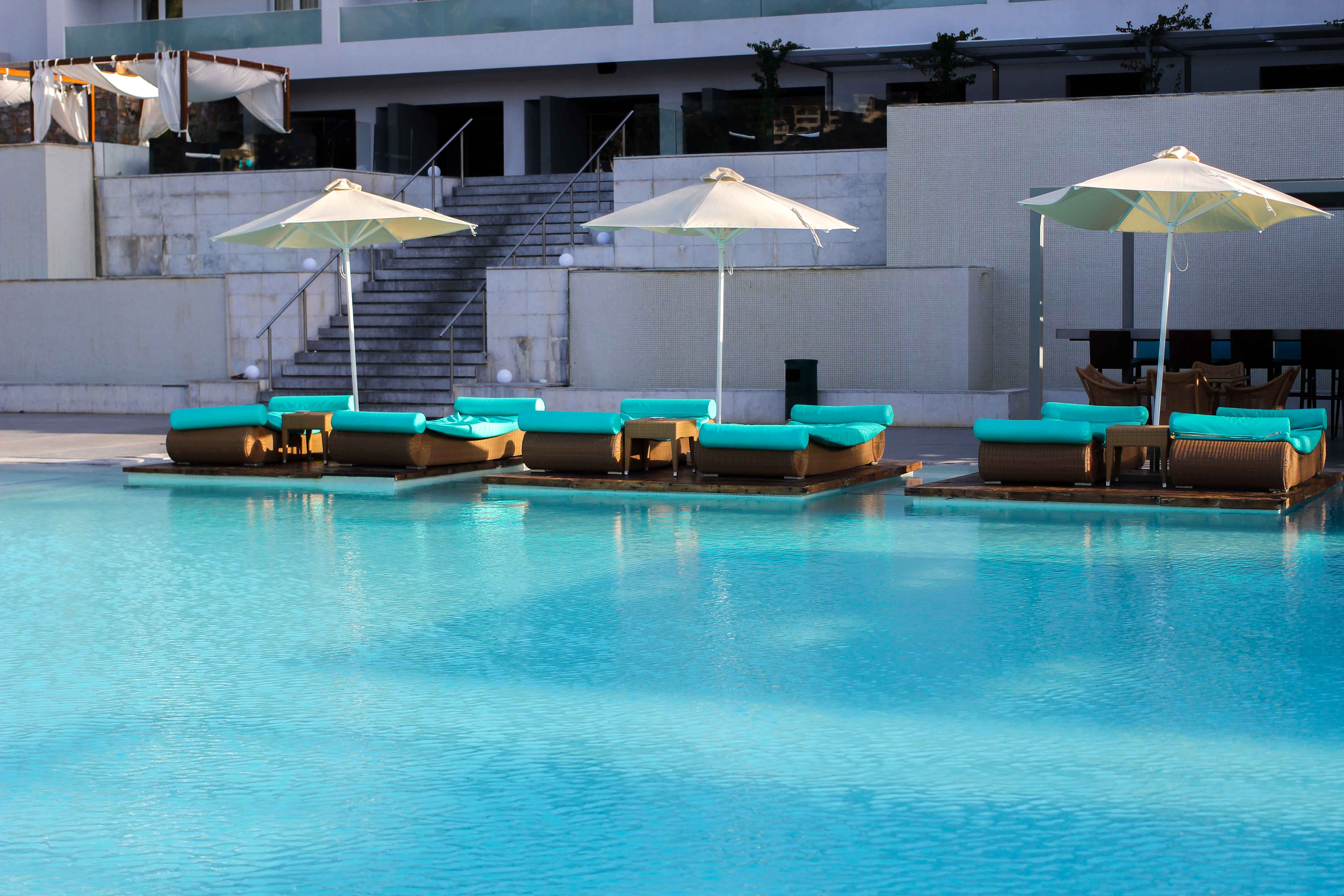 Out of the Blue Capsis Elite Resort Luxushotel Kreta Griechenland Reiseblog Pool Liege Sonnenschirm Paradies 4