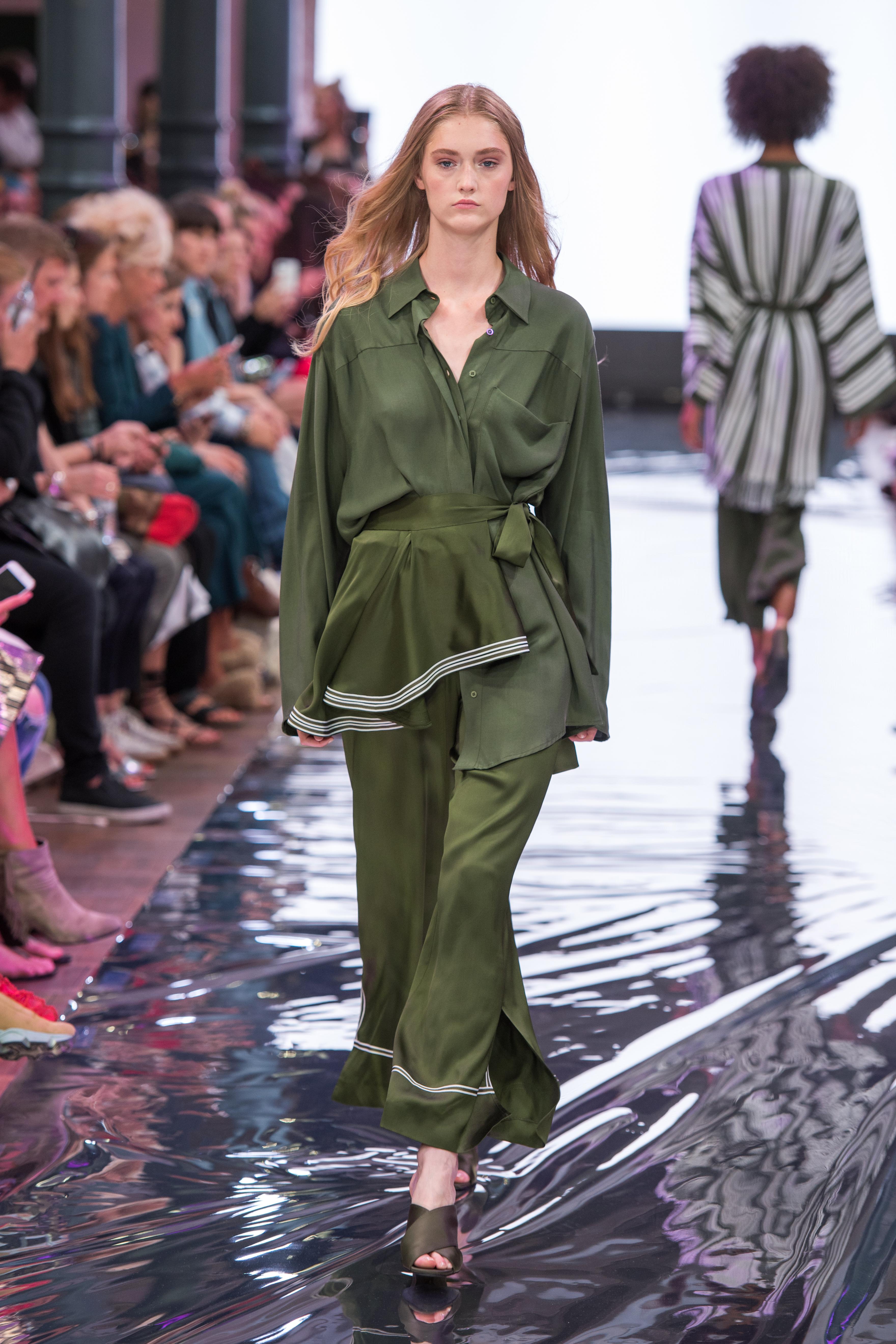 S18 Fashion Week Berlin 2018 Frühling Sommer Modeblog MYKKE HOFMANN Holy Ghost Sommertrend 2018 Schlaghose