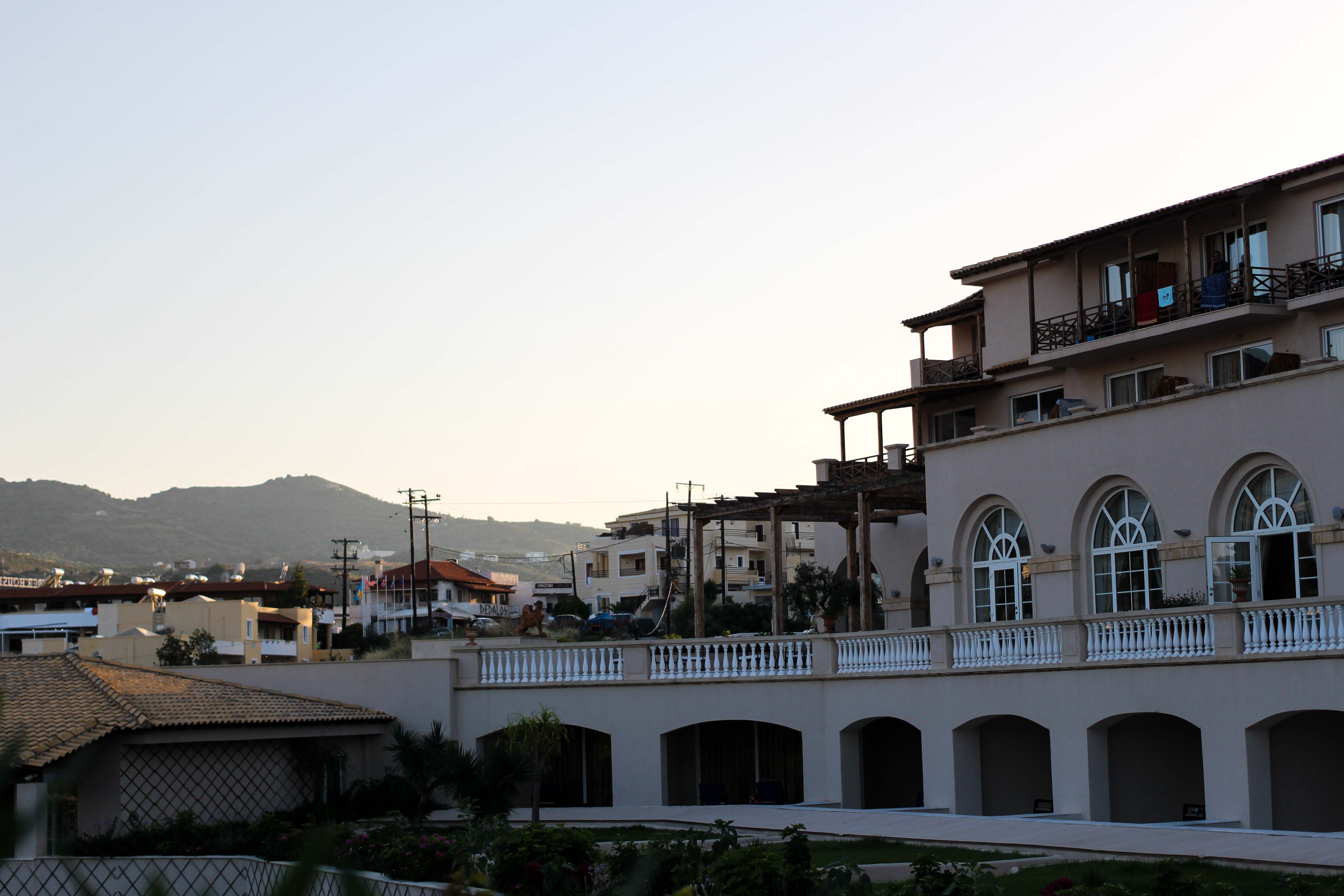 Sonnenuntergang Hotel Klippe Out of the Blue Capsis Elite Resort Luxushotel Kreta Griechenland
