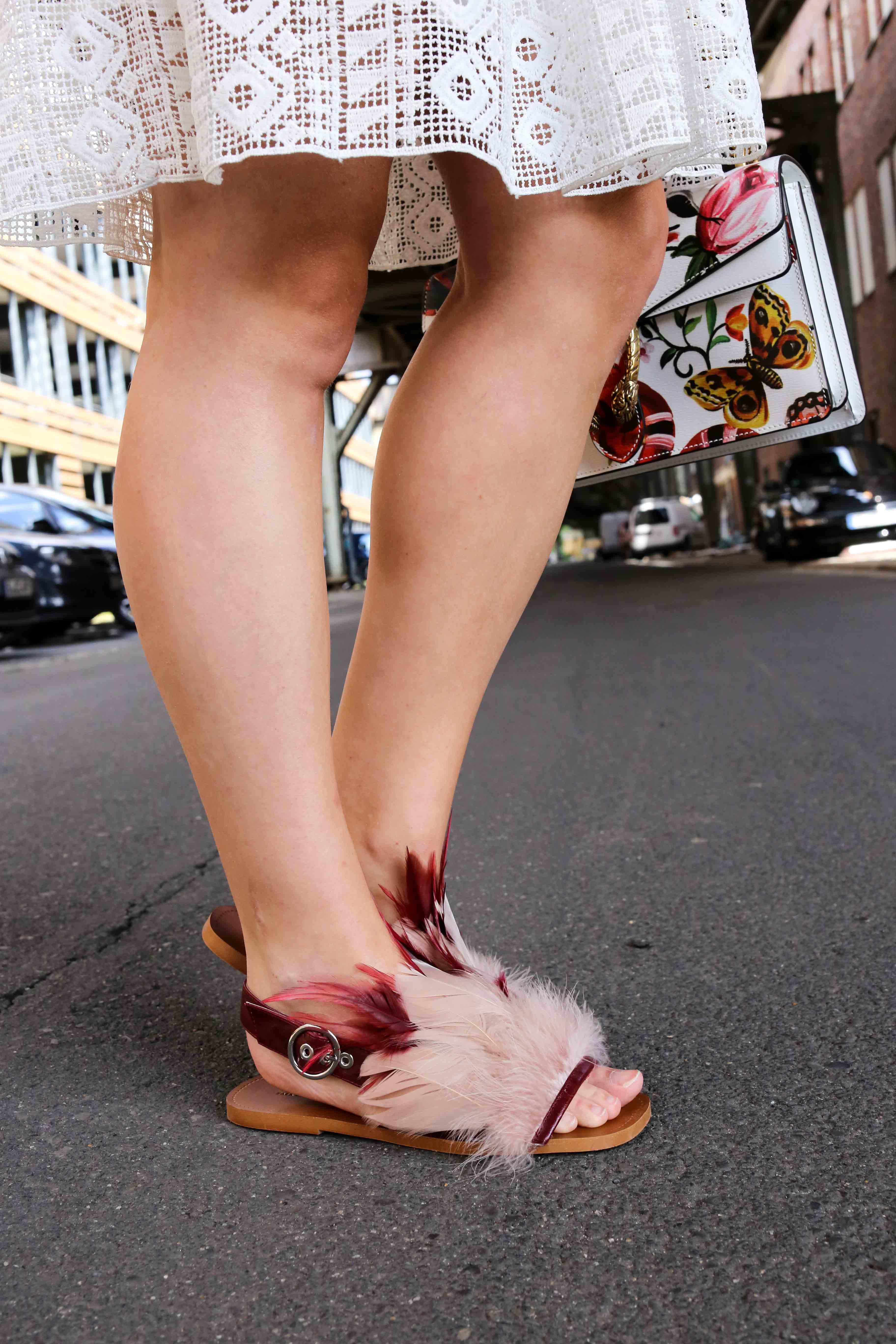 Fashion Week Outfit Streetstyle flache Ledersandalen mit Federn Zara kombinieren Modeblog Deutschland Fashion Blogger OOTD 5