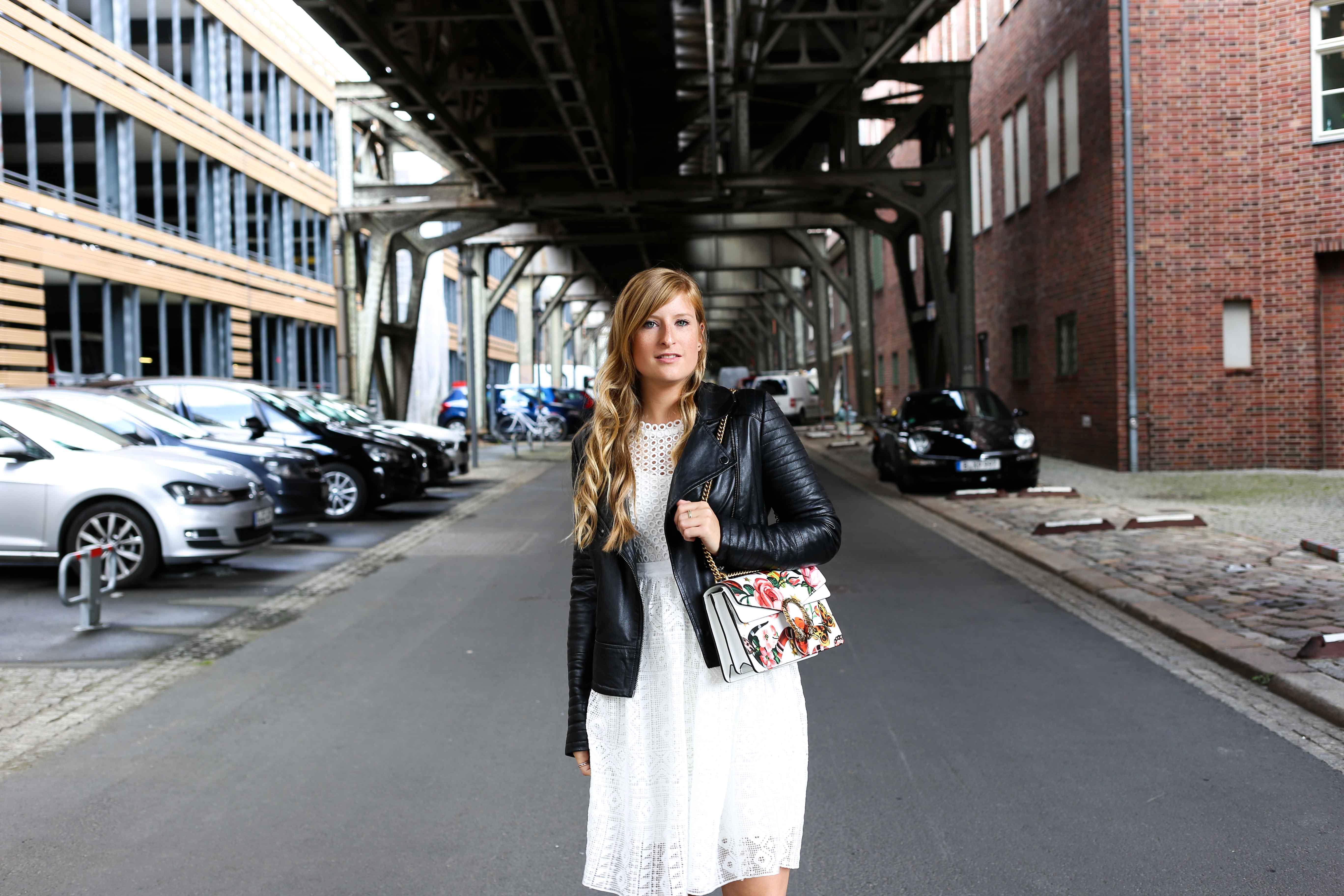 Fashion Week Outfit streetstyle weißes Spitzenkleid Asos kombinieren Lederjacke Modeblog Deutschland Fashion Blogger OOTD 7