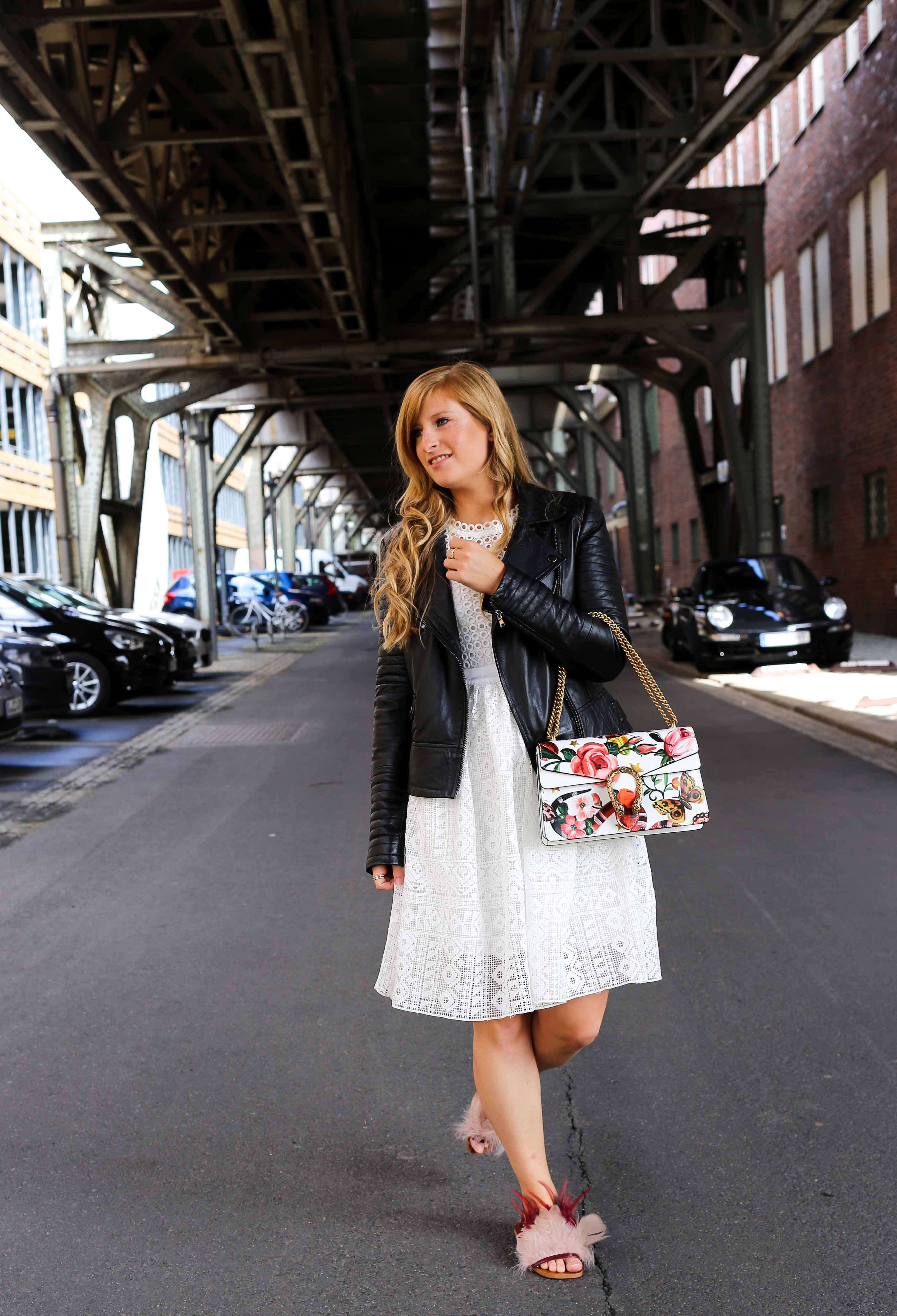 Fashion Week Outfit weißes Spitzenkleid Asos flache Ledersandalen mit Federn kombinieren Lederjacke Modeblog Deutschland Fashion Blogger OOTD 1