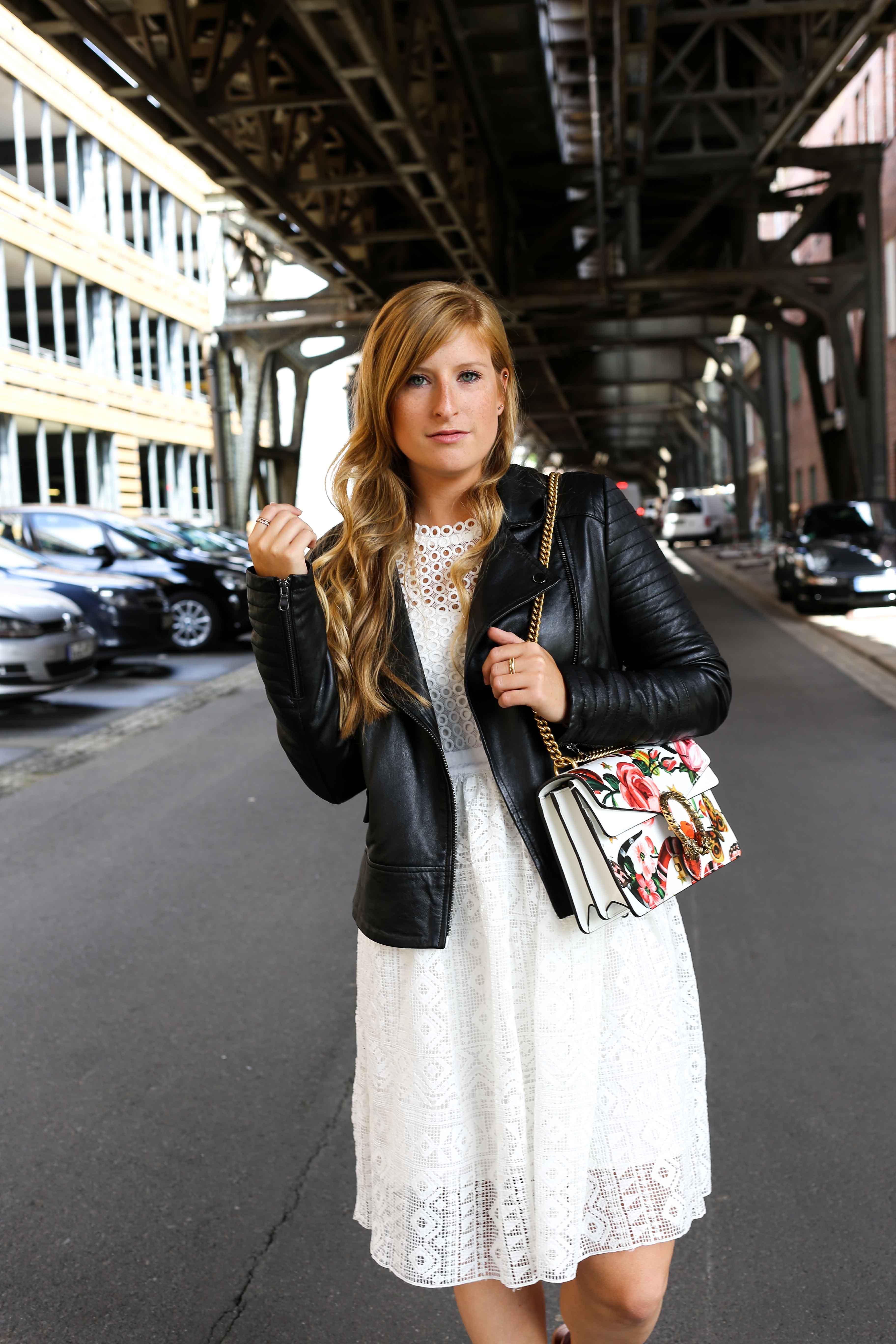 Fashion Week Outfit weißes Spitzenkleid Asos flache Ledersandalen mit Federn kombinieren Lederjacke Modeblog Deutschland Fashion Blogger OOTD 2
