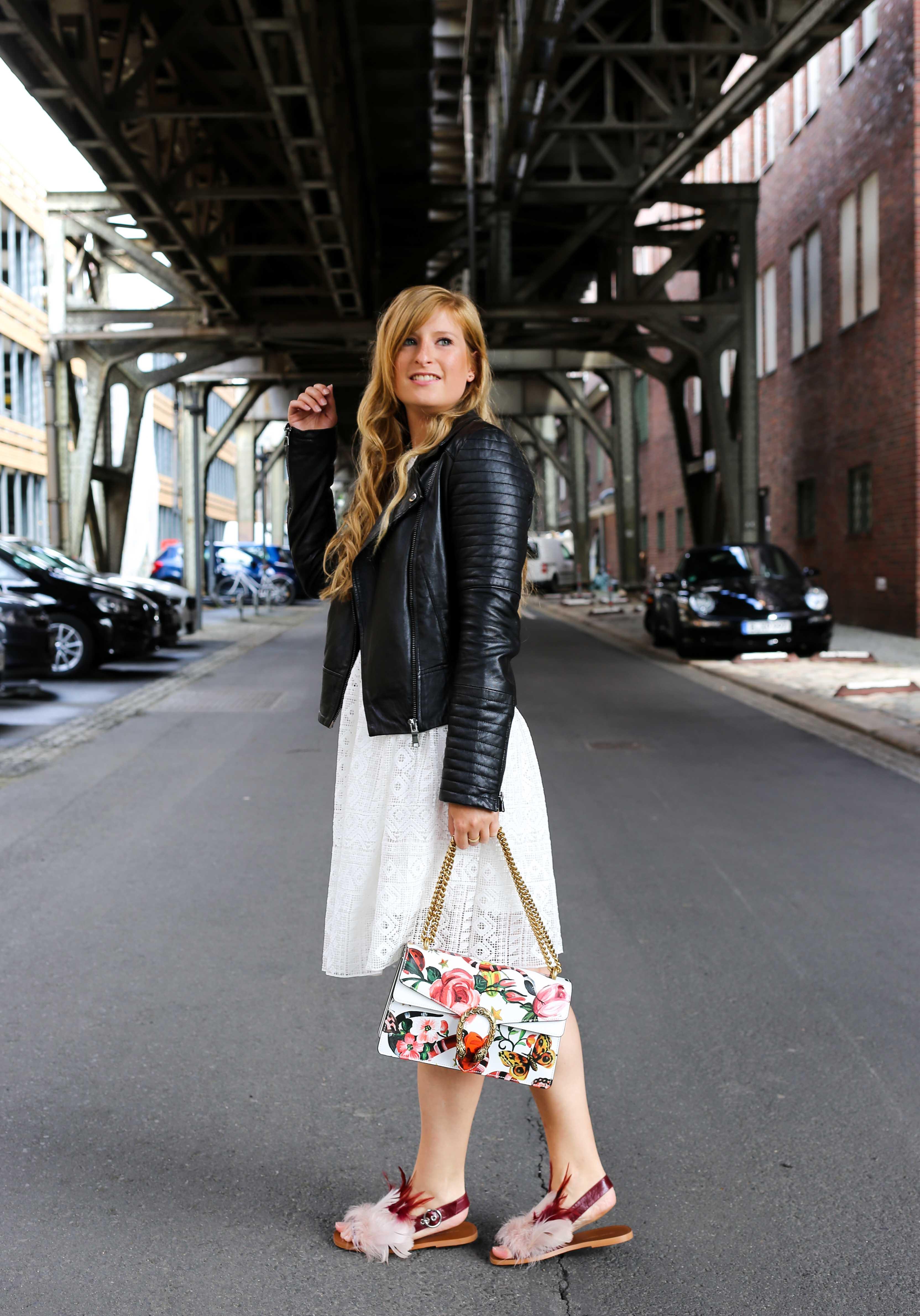 Fashion Week Outfit weißes Spitzenkleid Asos flache Ledersandalen mit Federn kombinieren Lederjacke Modeblog Deutschland Fashion Blogger OOTD 3