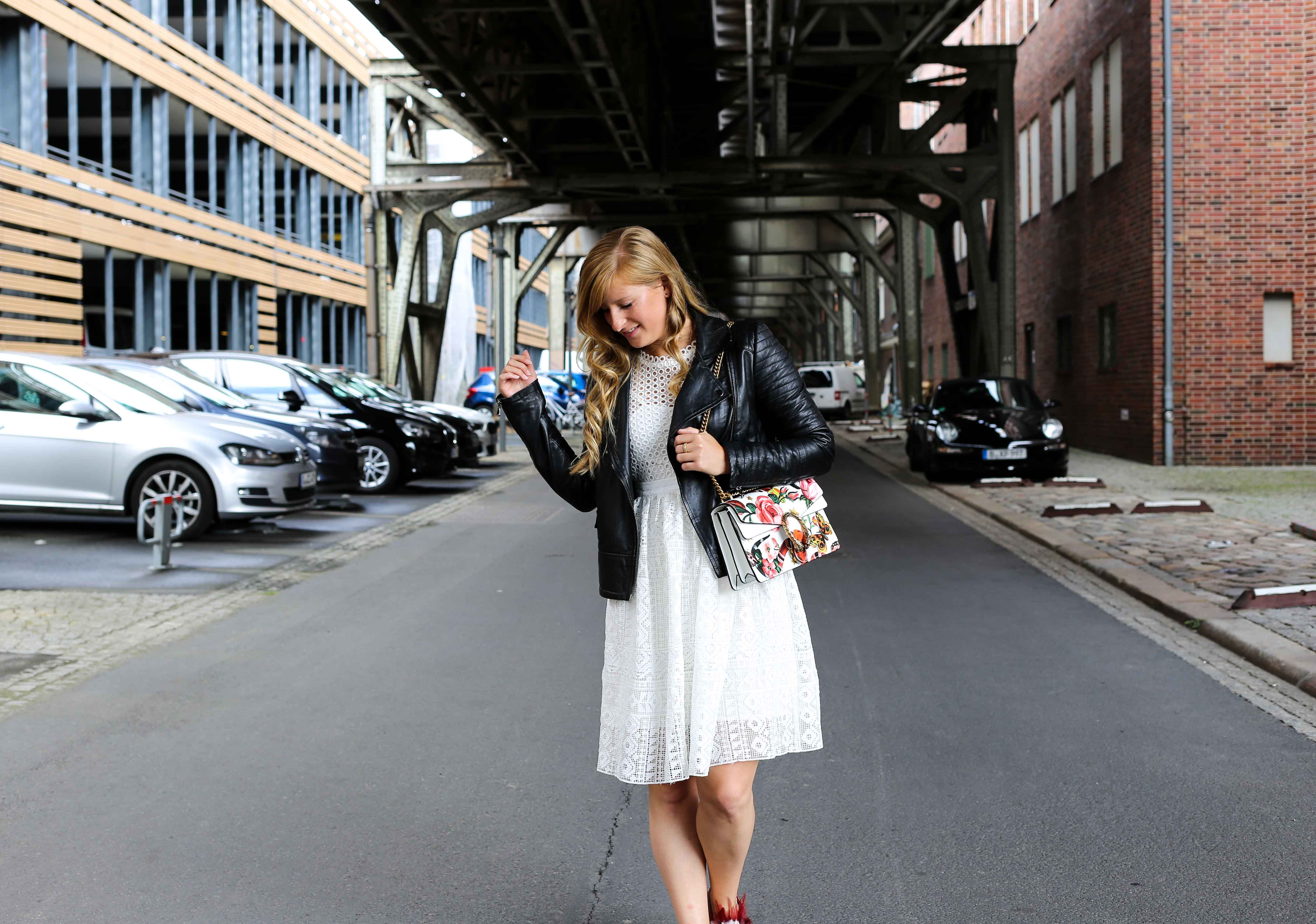 Fashion Week Outfit weißes Spitzenkleid Asos flache Ledersandalen mit Federn kombinieren Lederjacke Modeblog Deutschland Fashion Blogger OOTD 6