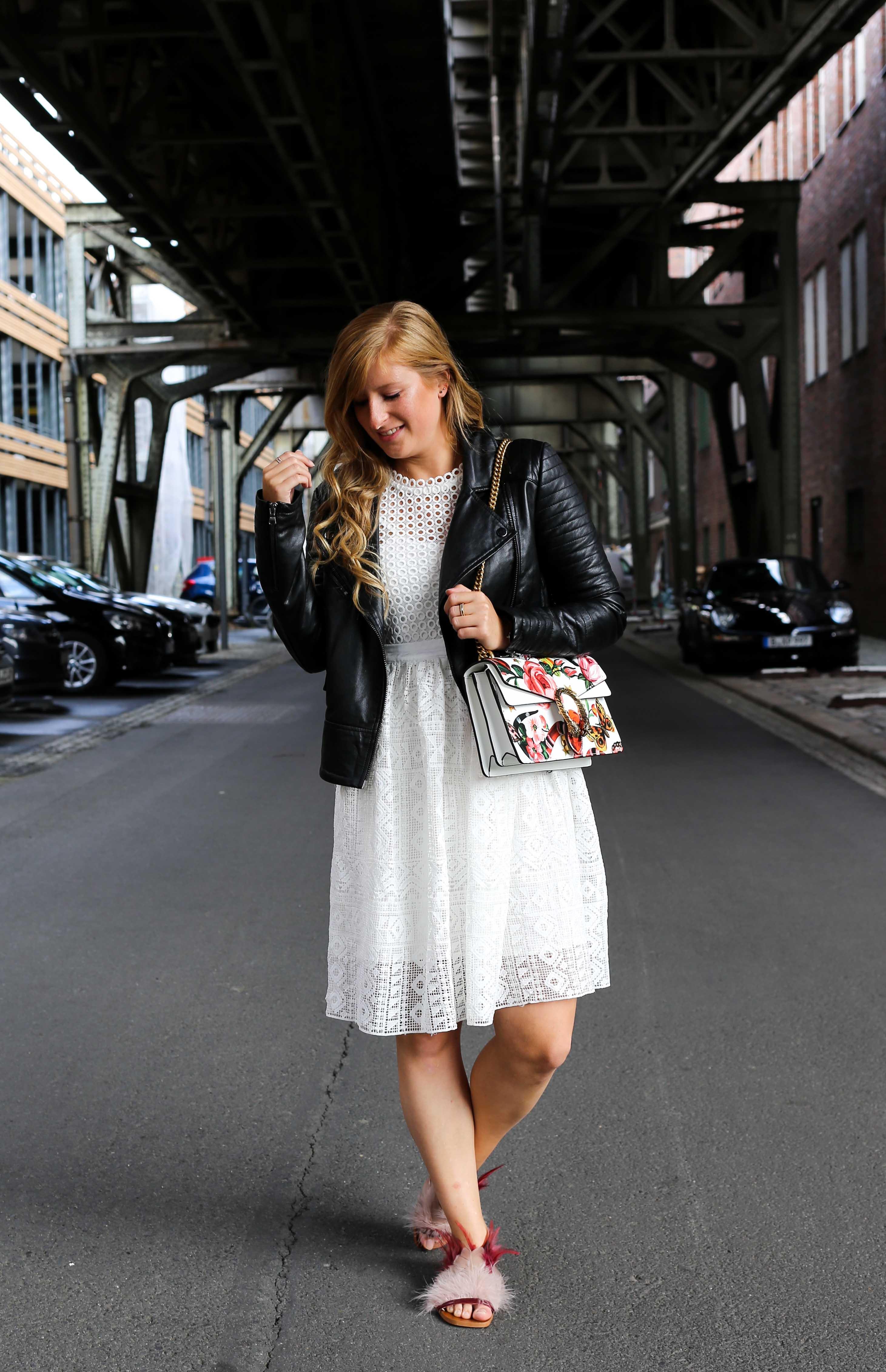 Fashion Week Outfit weißes Spitzenkleid Asos flache Ledersandalen mit Federn kombinieren Lederjacke Modeblog Deutschland Fashion Blogger OOTD 8