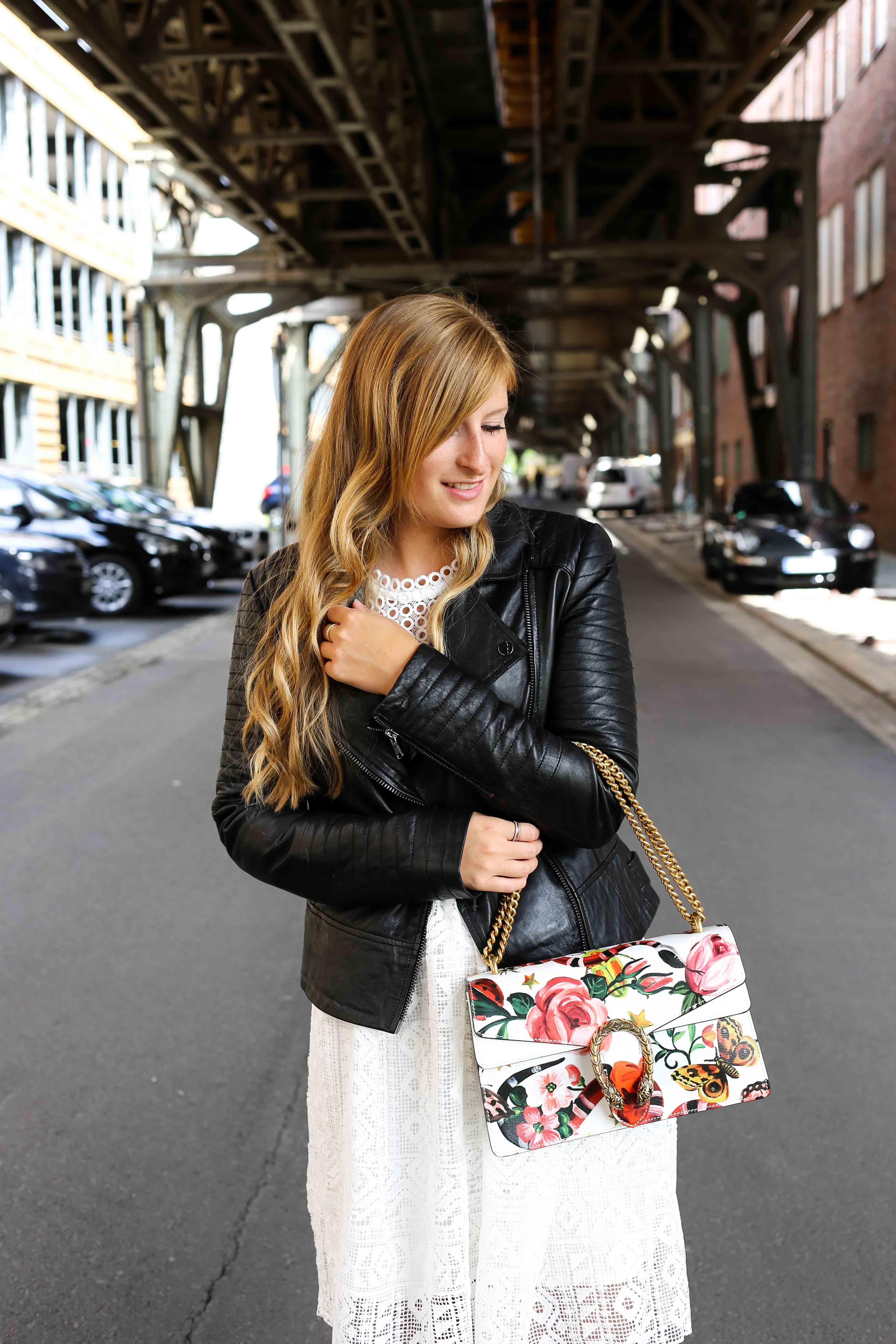 Fashion Week Outfit weißes Spitzenkleid Asos flache Ledersandalen mit Federn kombinieren Lederjacke Modeblog Deutschland Fashion Blogger OOTD Gucci Dionysus 4