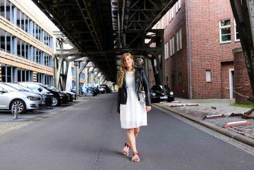 Fashion Week Outfit weißes Spitzenkleid Asos flache Ledersandalen mit Federn kombinieren Lederjacke Modeblog Deutschland Fashion Blogger OOTD