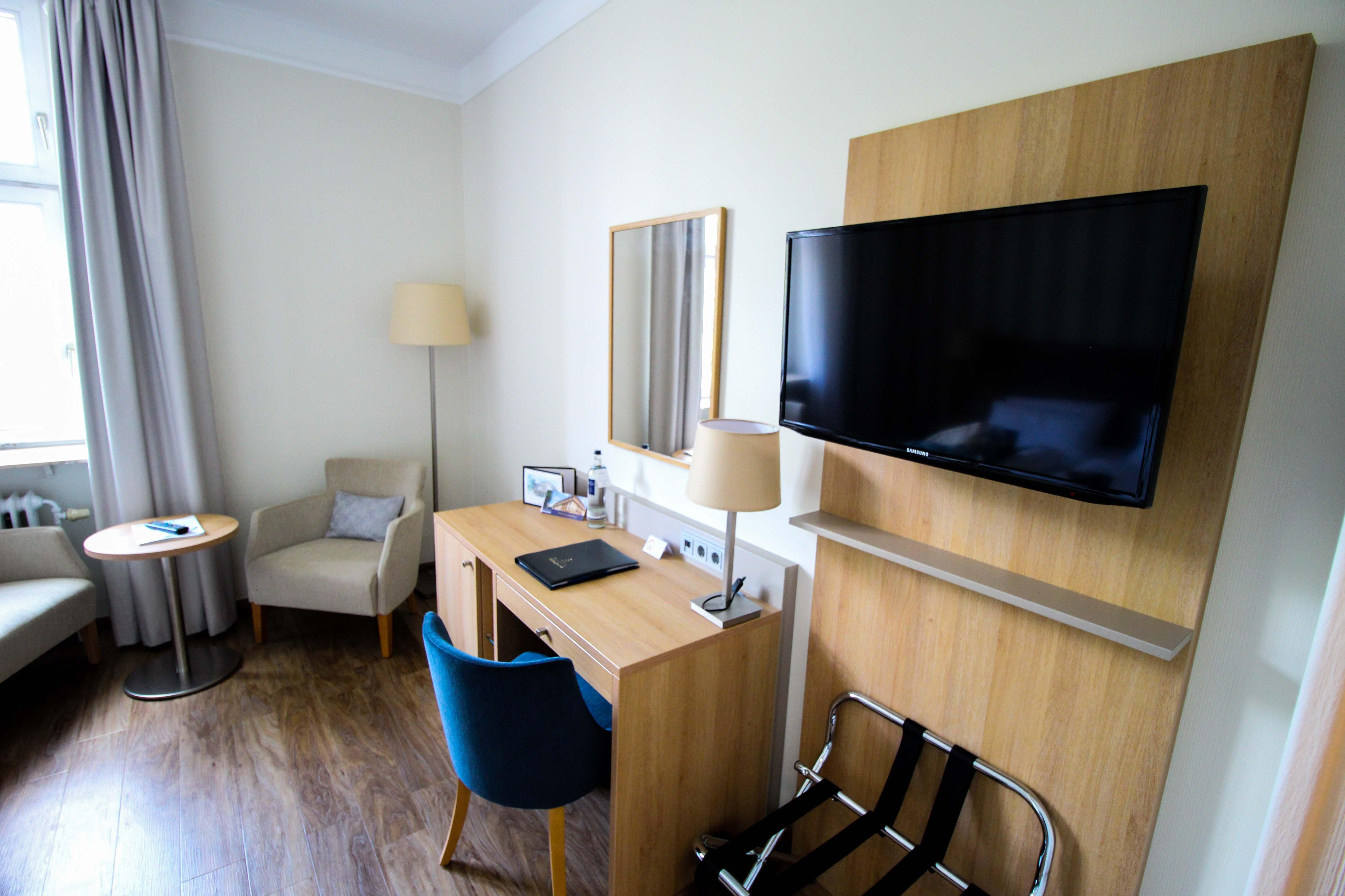 Schlosshotel Karlsruhe Hotelzimmer Arbeitsplatz Luxushotel Hotel Review Reiseblog Brinisfashionbook