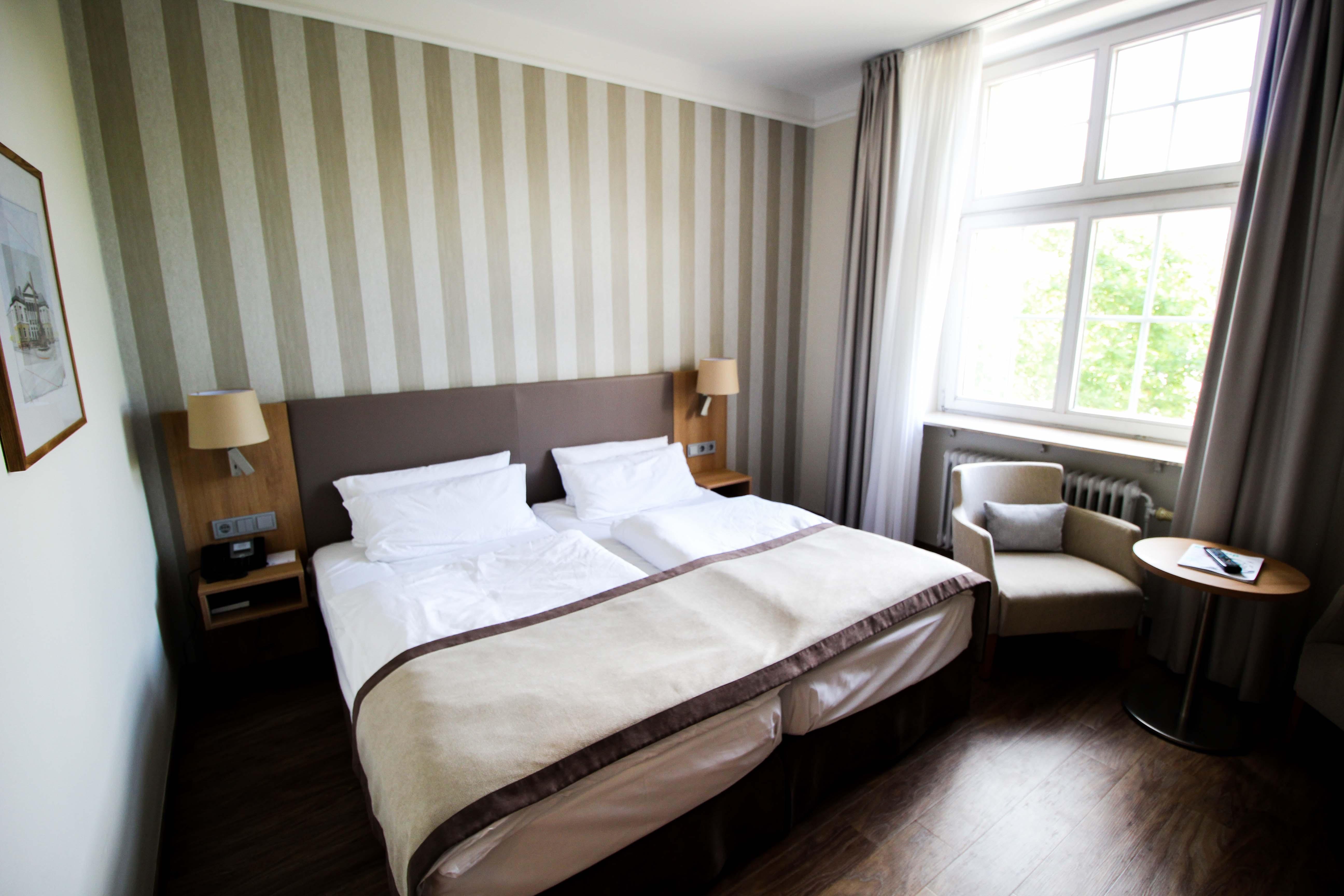 Schlosshotel Karlsruhe Hotelzimmer Bett Luxushotel Hotel Review Reiseblog Brinisfashionbook