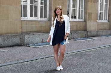 Spätsommeroutfit Zara Jeansrock kombinieren weißer Longblazer Zara weiße Sommerschuhe Modeblog Streetstyle Outfit Karlsruhe