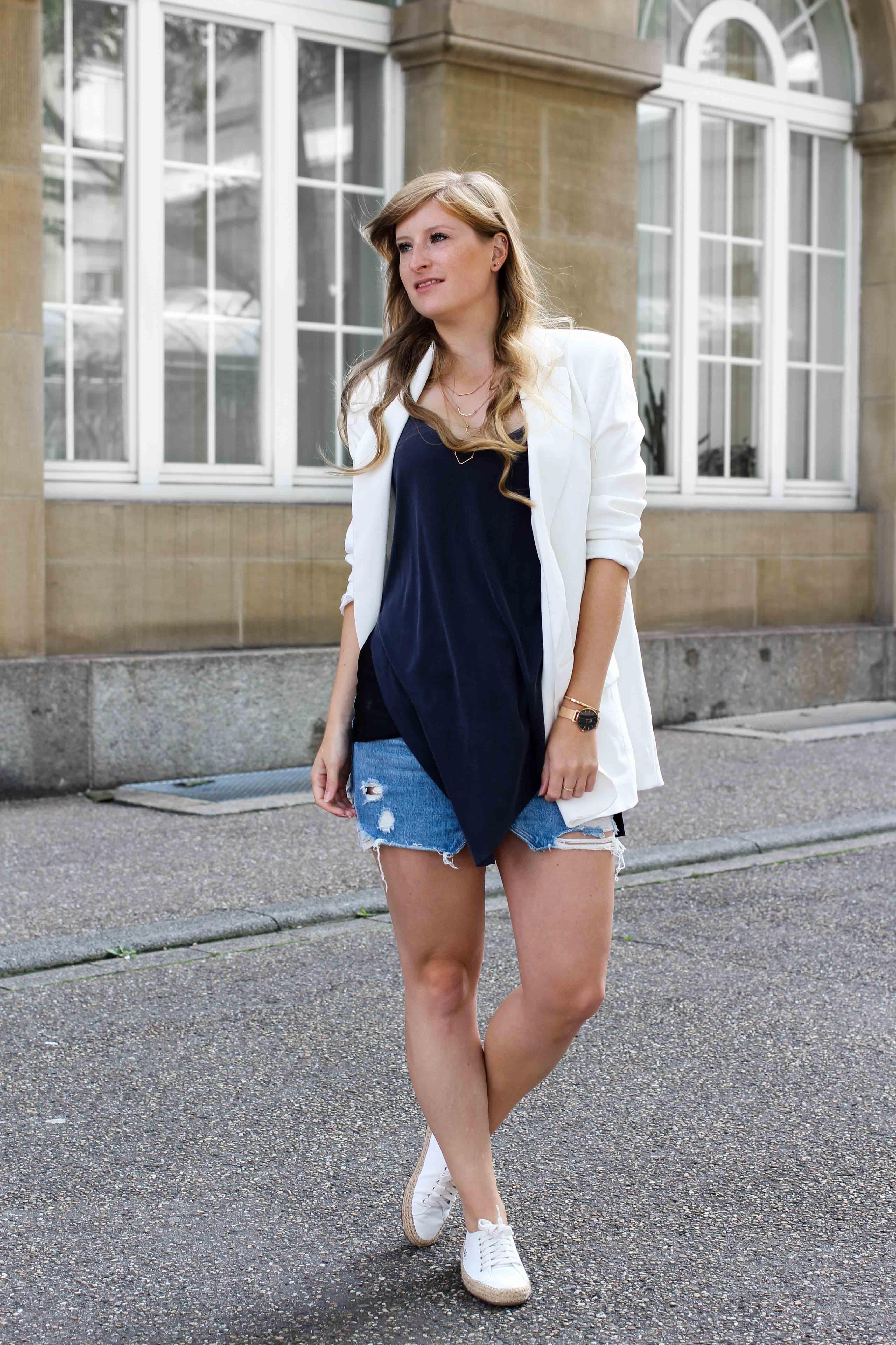 Spätsommeroutfit Zara Jeansrock kombinieren weißer Longblazer Zara weiße Sommerschuhe Modeblog Streetstyle Outfit Karlsruhe 11