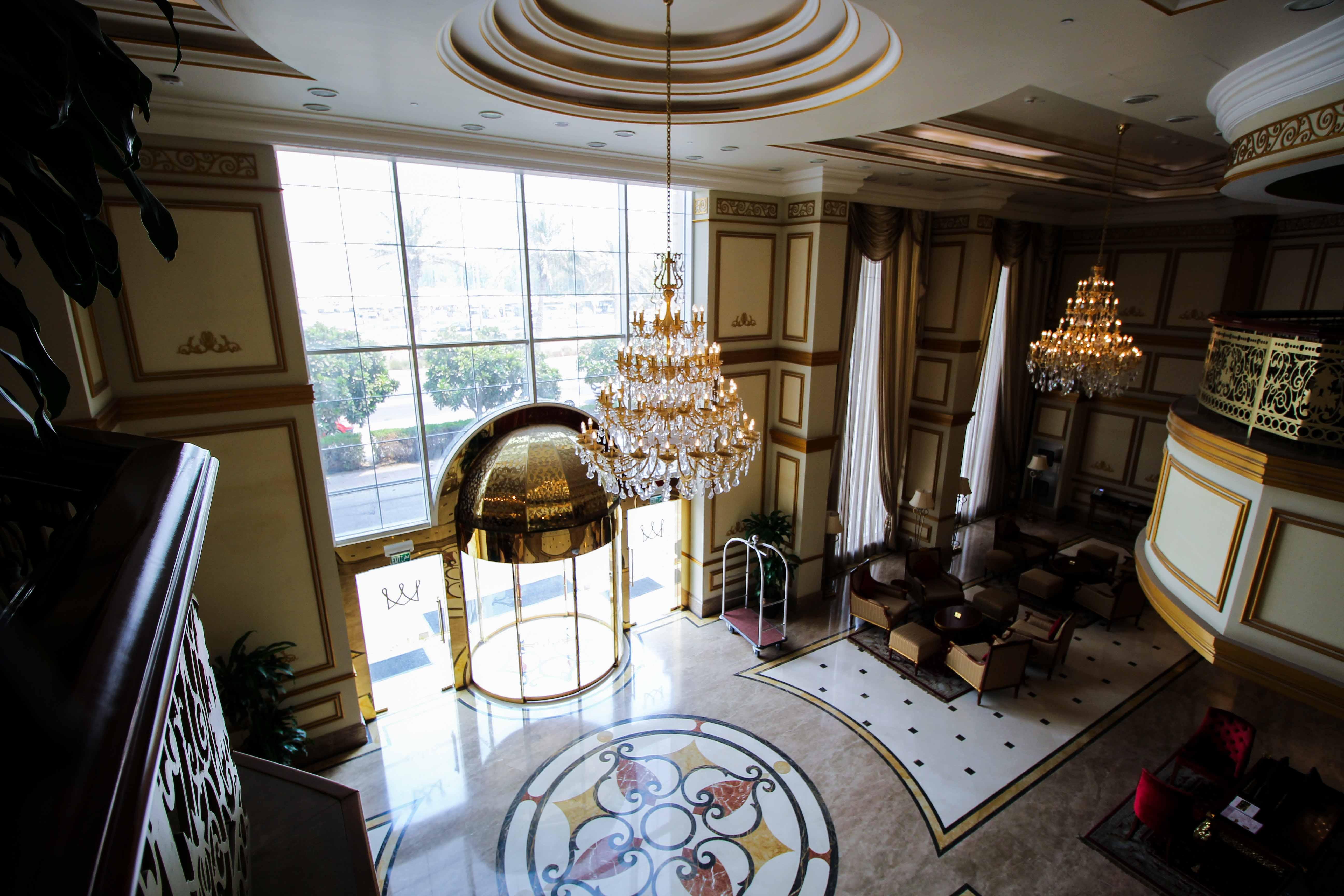Warwick Hotel Doha Eingangshalle Gold Luxushotel 5 Sterne Hotel Katar Qatar Reiseblog