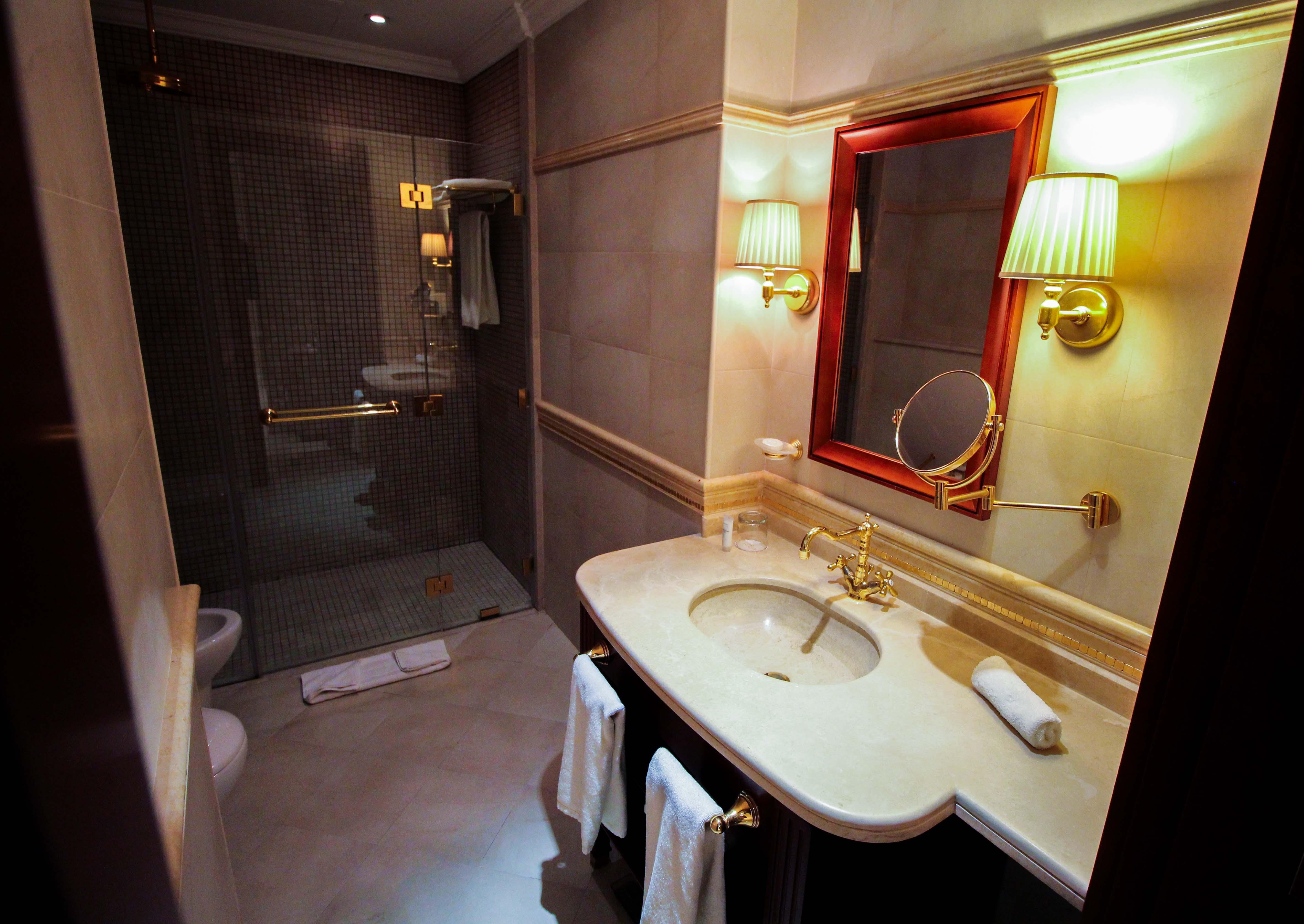 Warwick Hotel Doha Executive Room Badezimmer Luxushotel 5 Sterne Hotel Katar Qatar Reiseblog