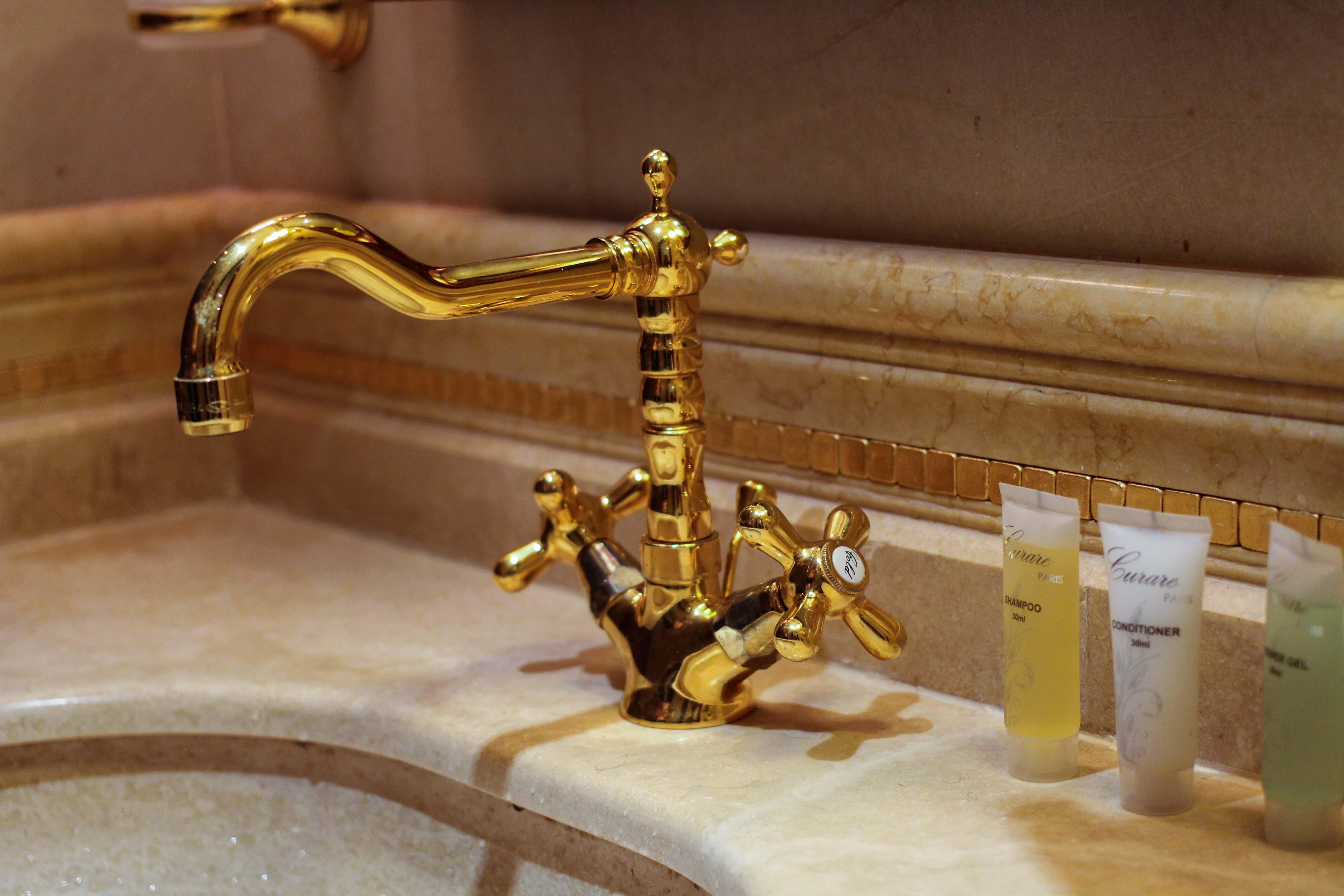 Warwick Hotel Doha Katar Executive Room Badezimmer goldener Wasserhan Luxushotel 5 Sterne Hotel Qatar Reiseblog