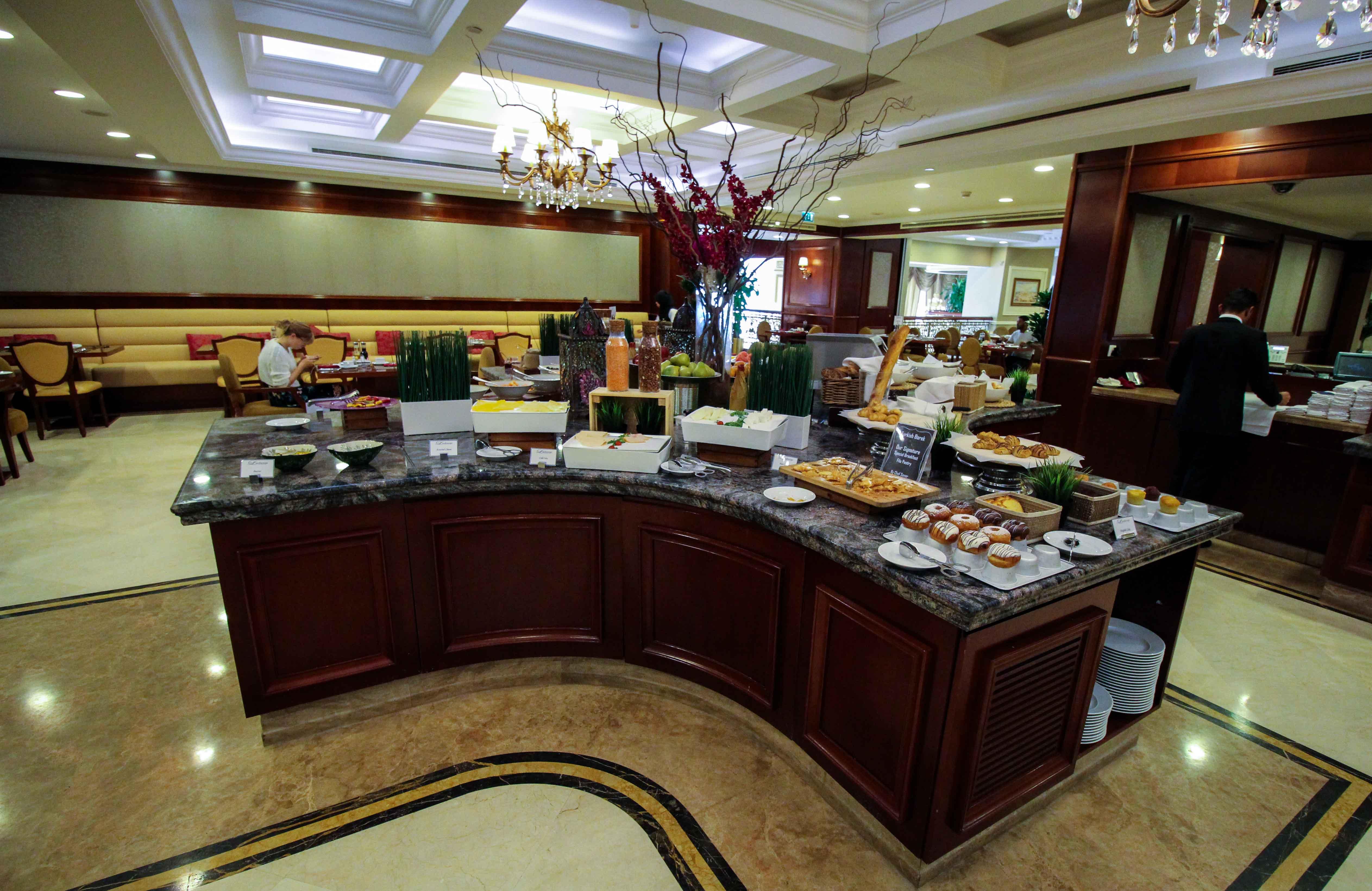 Warwick Hotel Doha Frühstücksraum Luxushotel 5 Sterne Hotel Qatar Reiseblog