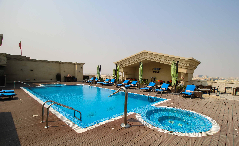 Warwick Hotel Doha Rooftop Pool Luxushotel 5 Sterne Hotel Qatar Reiseblog