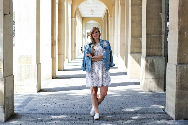 Weißes Spitzenkleid kombinieren Zerrissene Jeansjacke Ripped Sommerschuhe Streetstyle Karlsruhe Modeblog Outfit