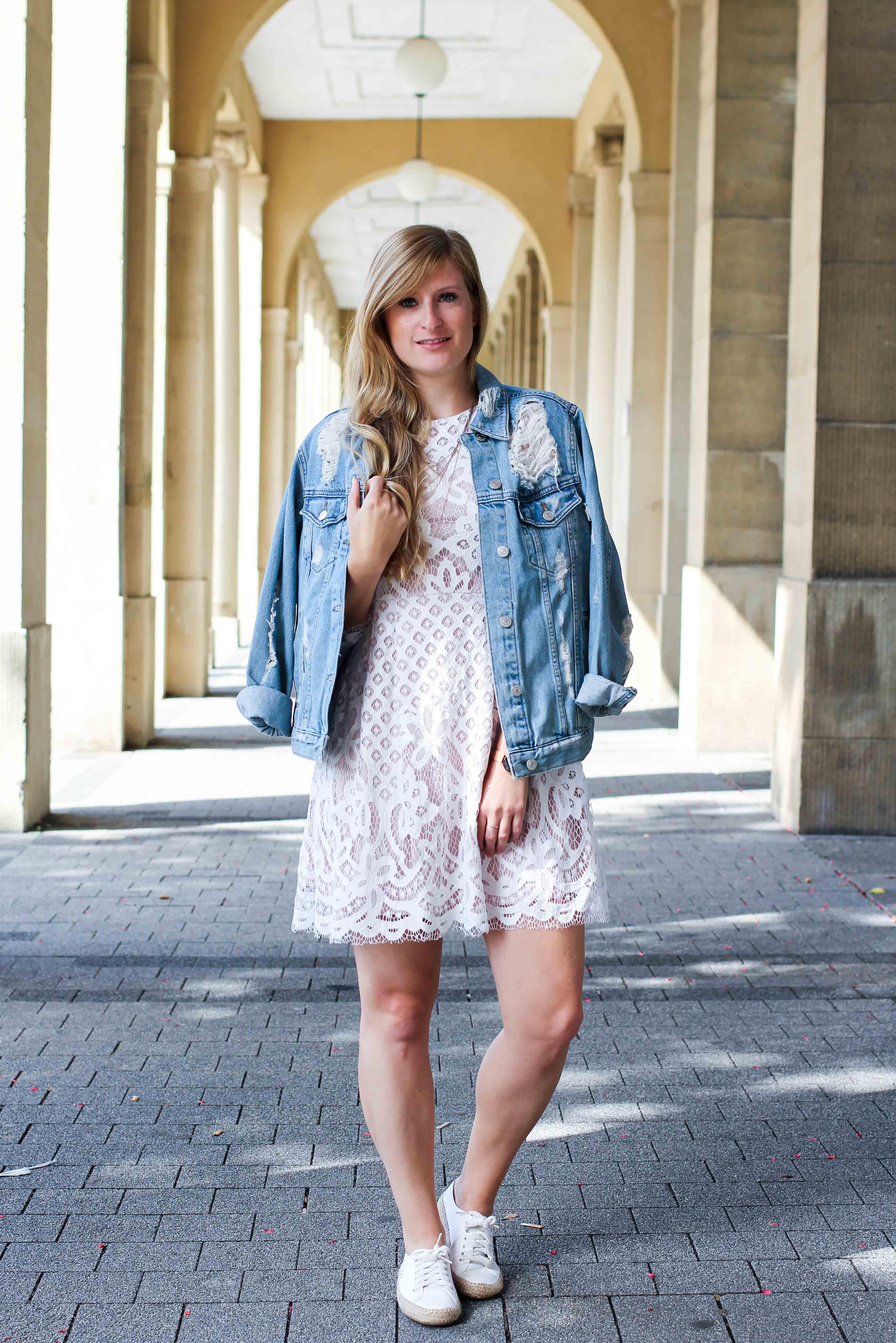 Weißes Spitzenkleid kombinieren Zerrissene Jeansjacke Ripped Sommerschuhe Streetstyle Karlsruhe Modeblog Outfit 1