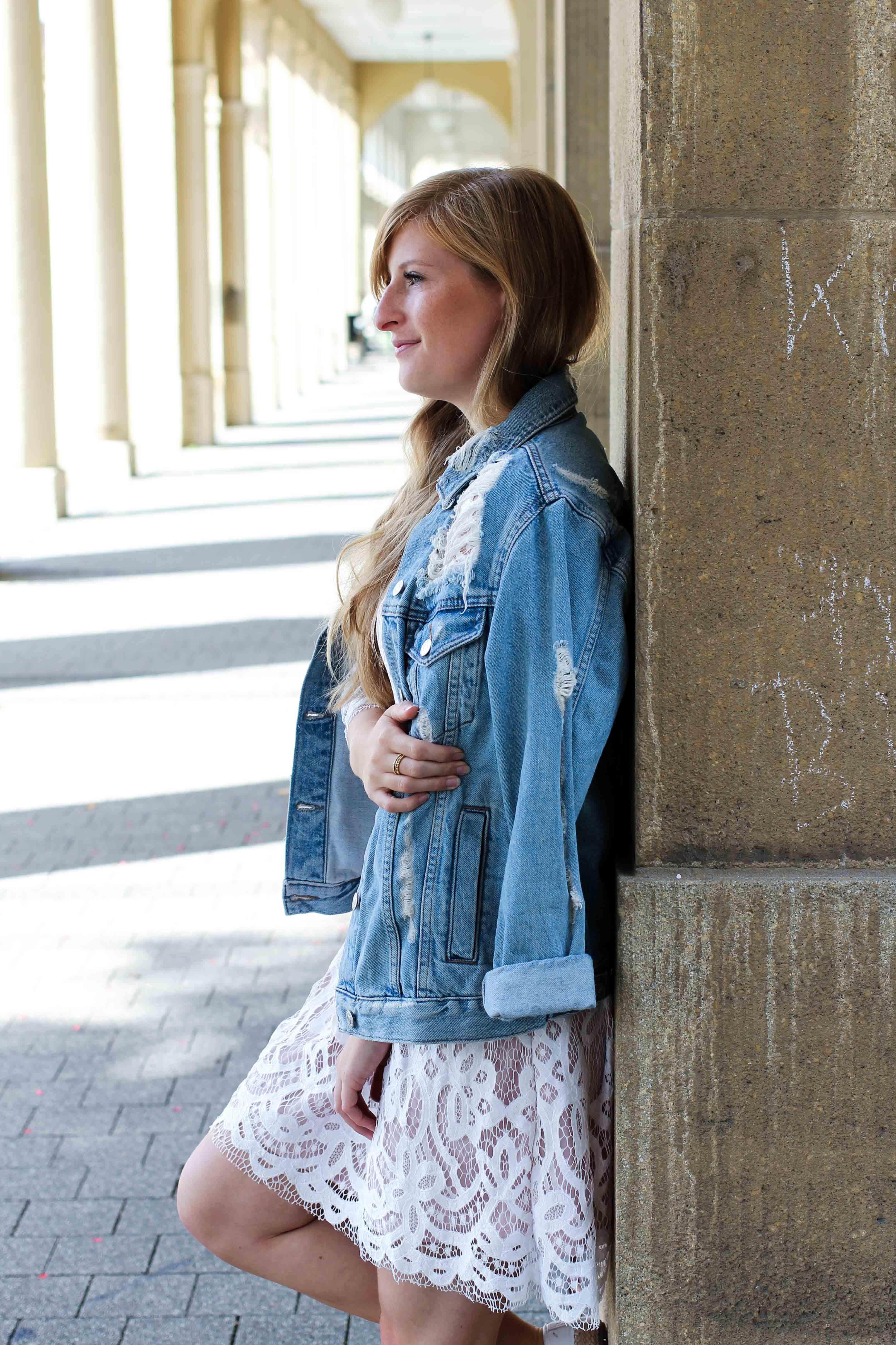 Wei es spitzenkleid zerrissene jeansjacke sommerschuhe for Jeansjacke kombinieren