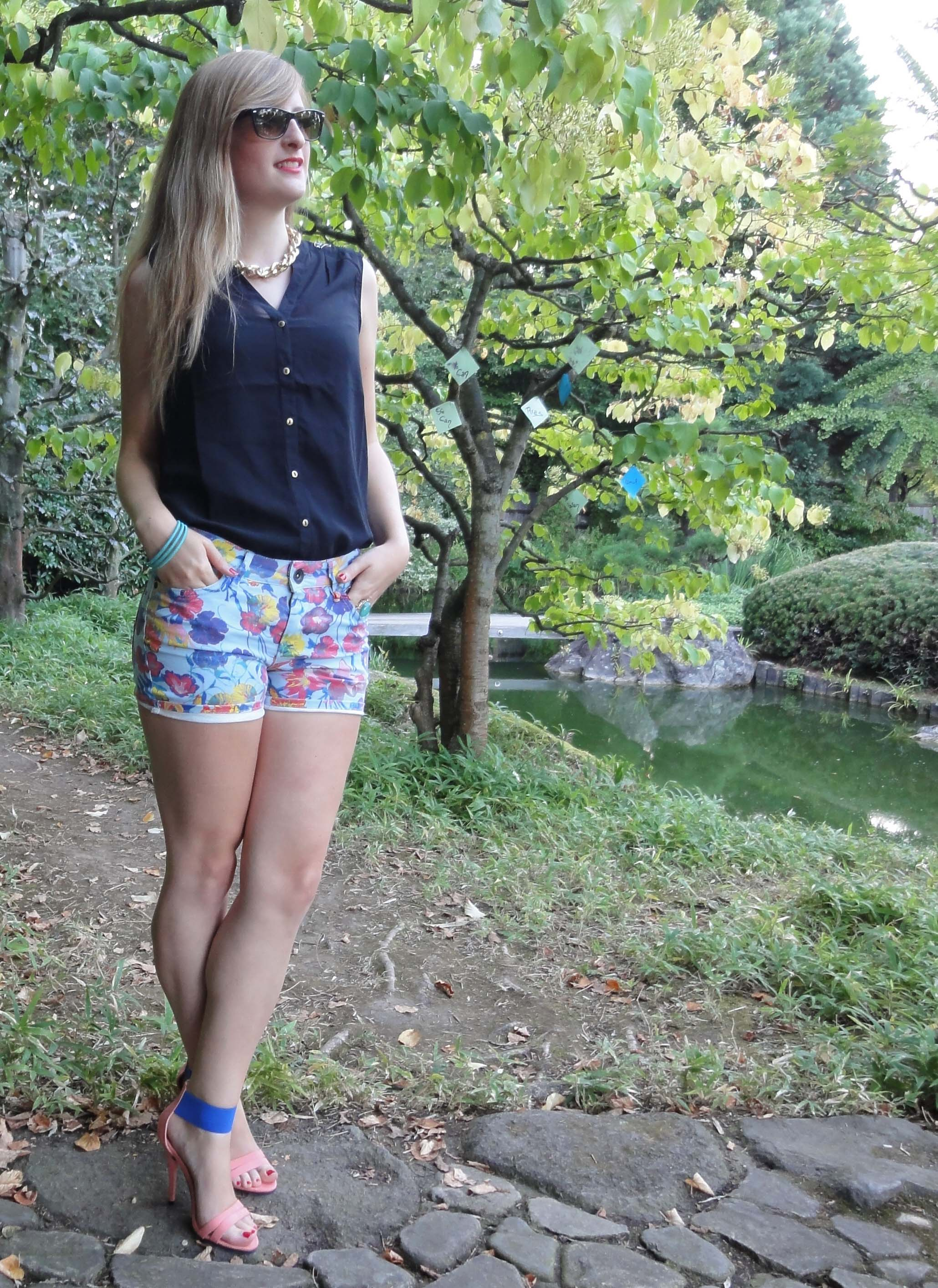 Bunte Hotpants Print Muster colofur Hot Pants kombinieren rosa blau Highheels schwarze Bluse Modeblog Bonn Rheinaue 4