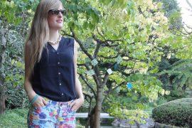 Bunte Hotpants Print Muster colofur Hot Pants kombinieren rosa blau Highheels schwarze Bluse Modeblog Bonn Rheinaue