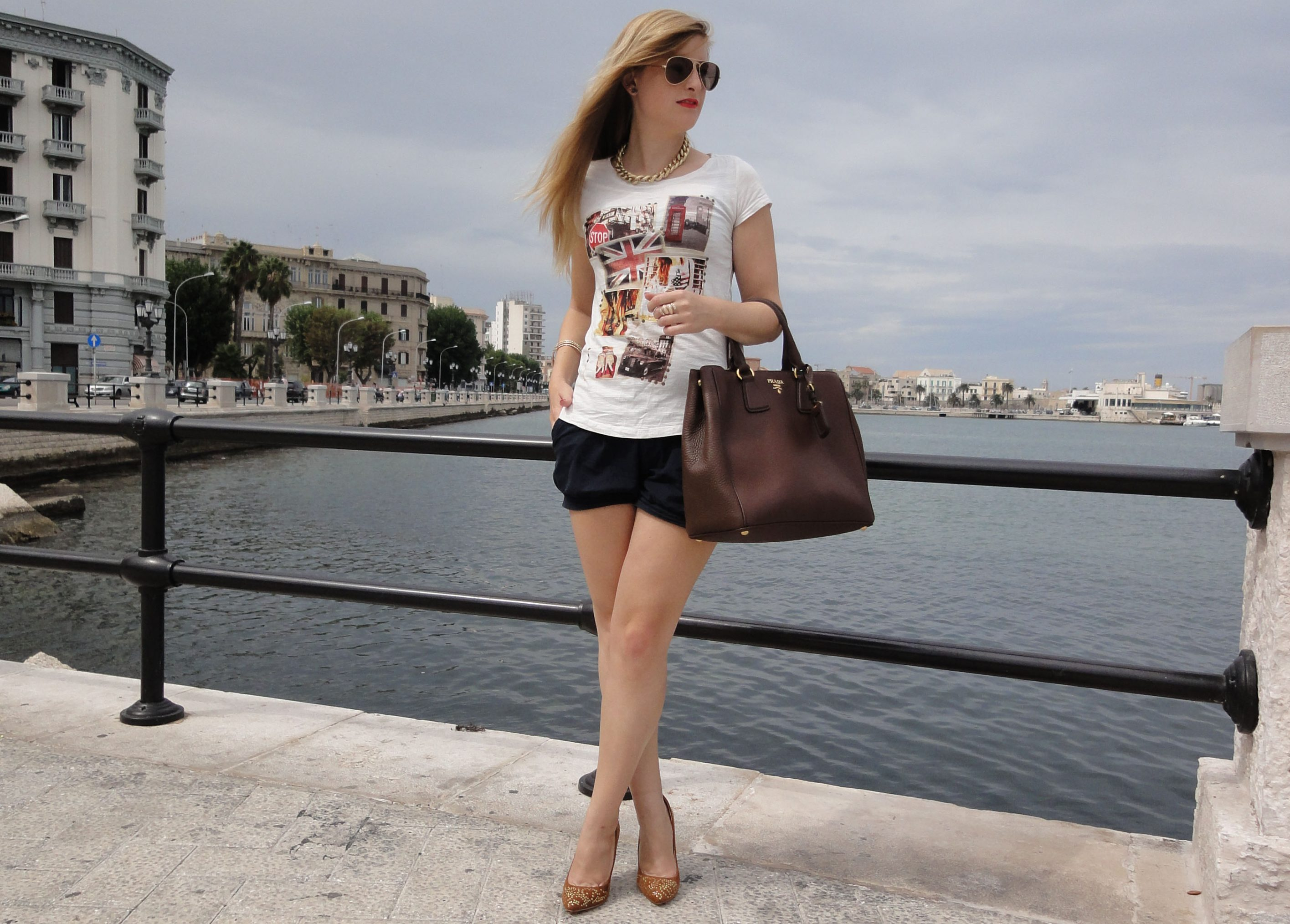 Casual Streetstyle Look printed Shirt Hotpants Heels Bari Italien braune Prada Tasche Modeblog